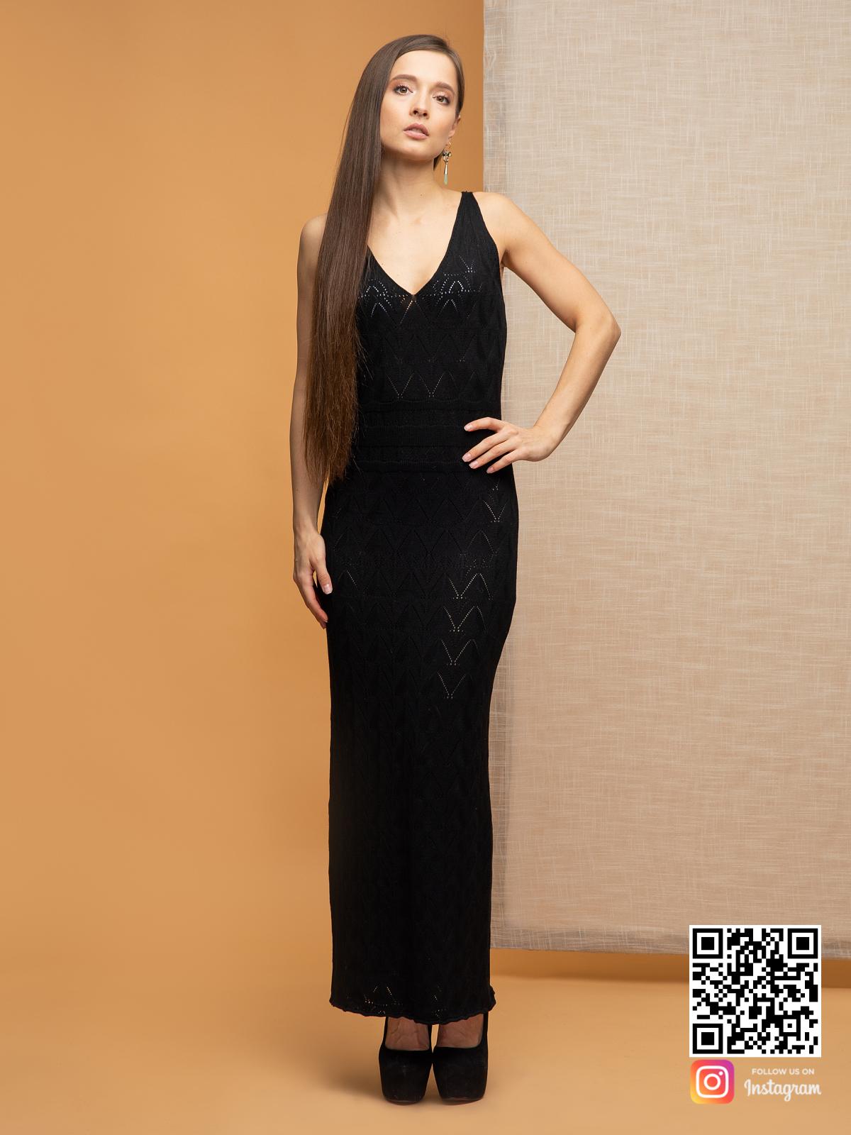 На фотографии черное платье на бретельках от Shapar, бренда вязаной одежды ручной работы в интернет-магазине связанных спицами вещей.
