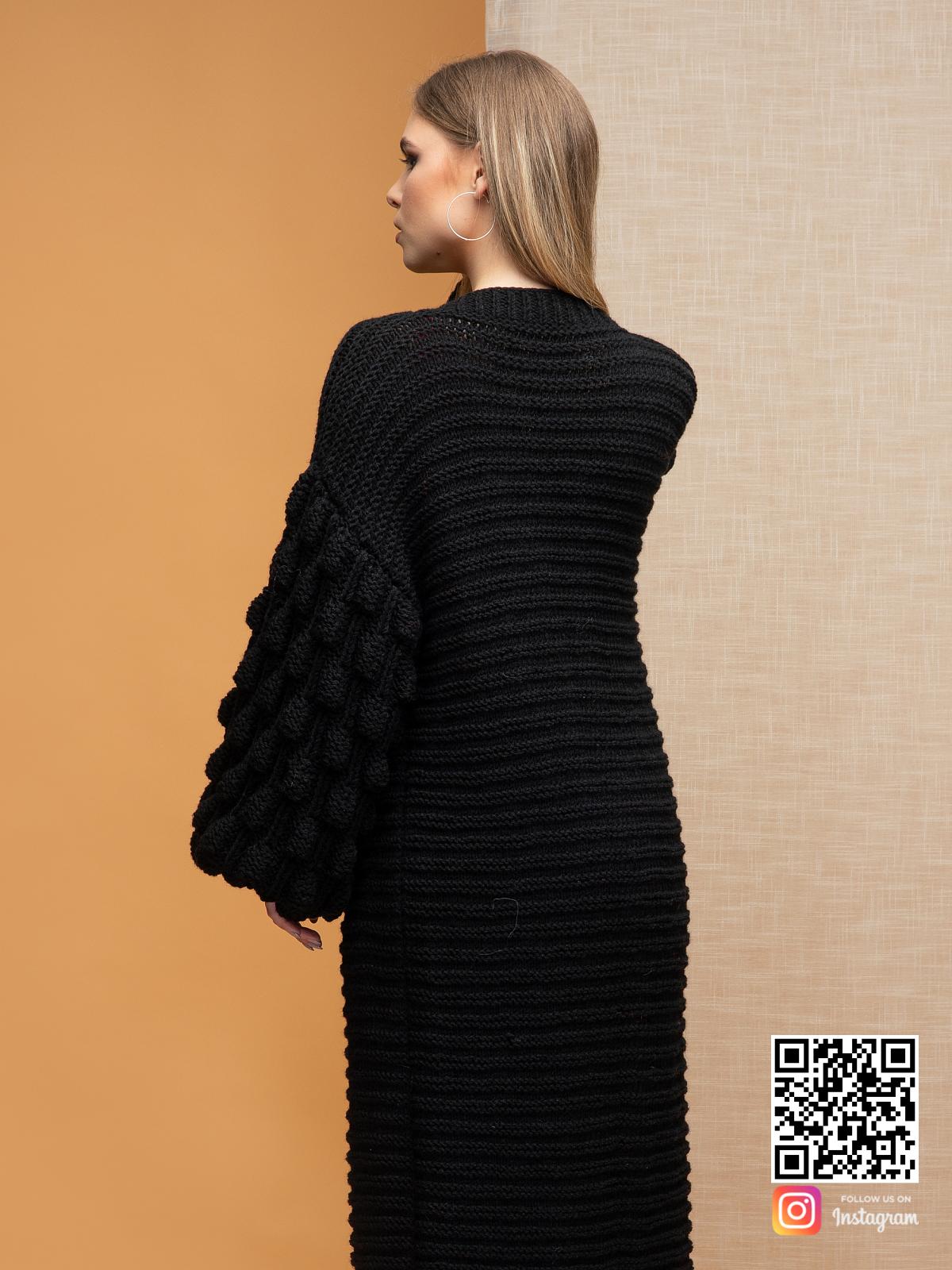 На пятой фотографии женский черный длинный кардиган от Shapar, бренда вязаной одежды ручной работы в интернет-магазине связанных спицами вещей.