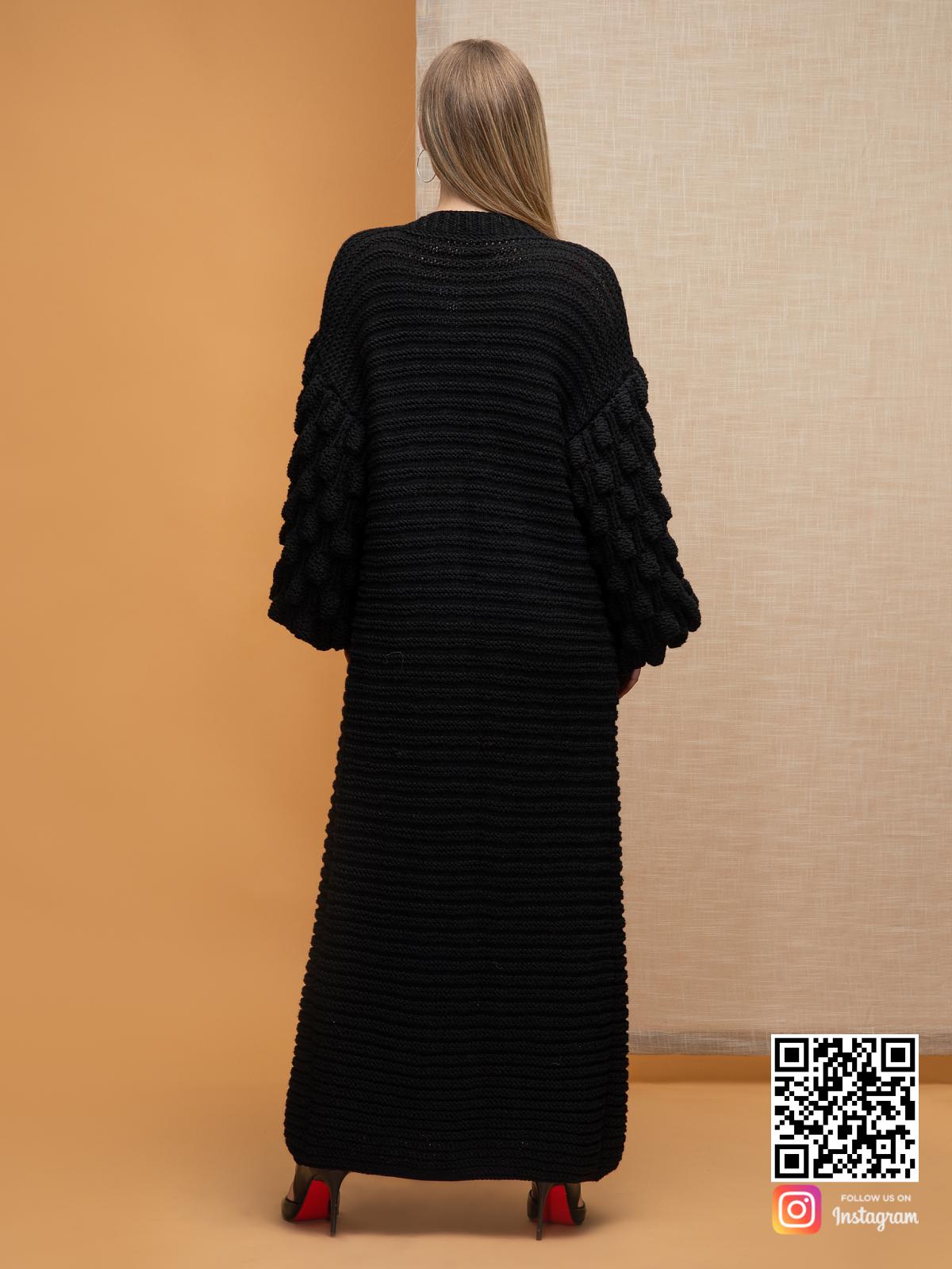 На второй фотографии черный длинный кардиган со спины от Shapar, бренда вязаной одежды ручной работы в интернет-магазине связанных спицами вещей.