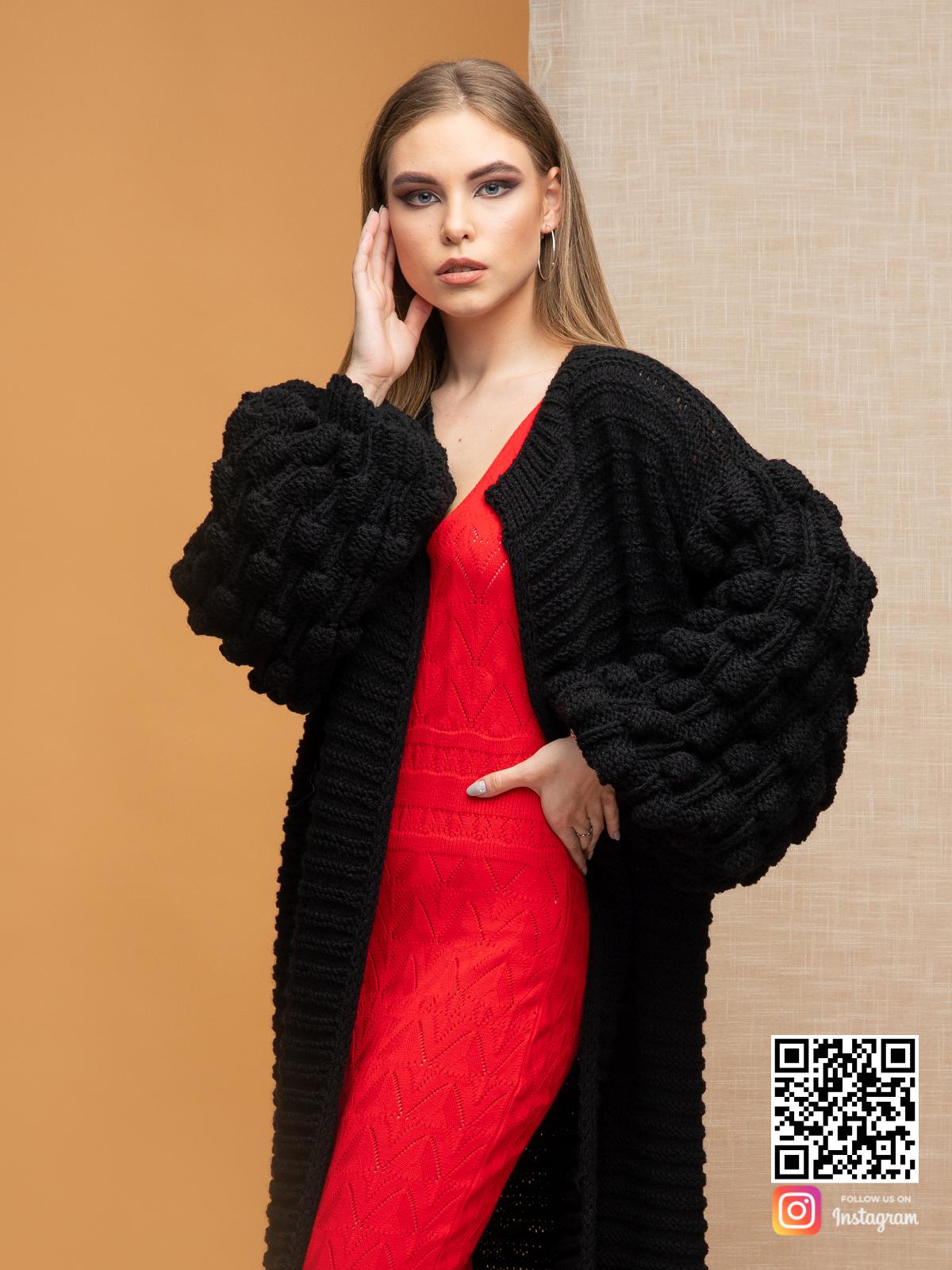 На четвертой фотографии черный длинный кардиган с поясом от Shapar, бренда вязаной одежды ручной работы в интернет-магазине связанных спицами вещей.