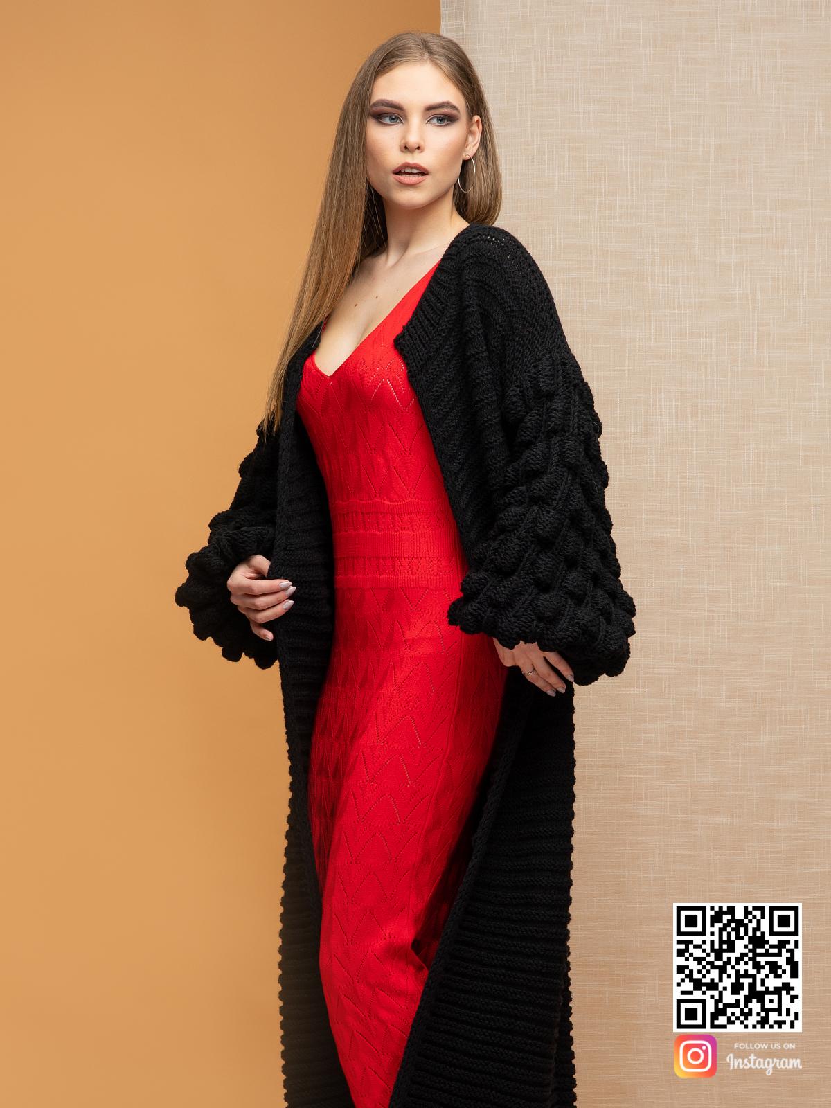 На третьей фотографии черный длинный кардиган с объемными рукавами от Shapar, бренда вязаной одежды ручной работы в интернет-магазине связанных спицами вещей.