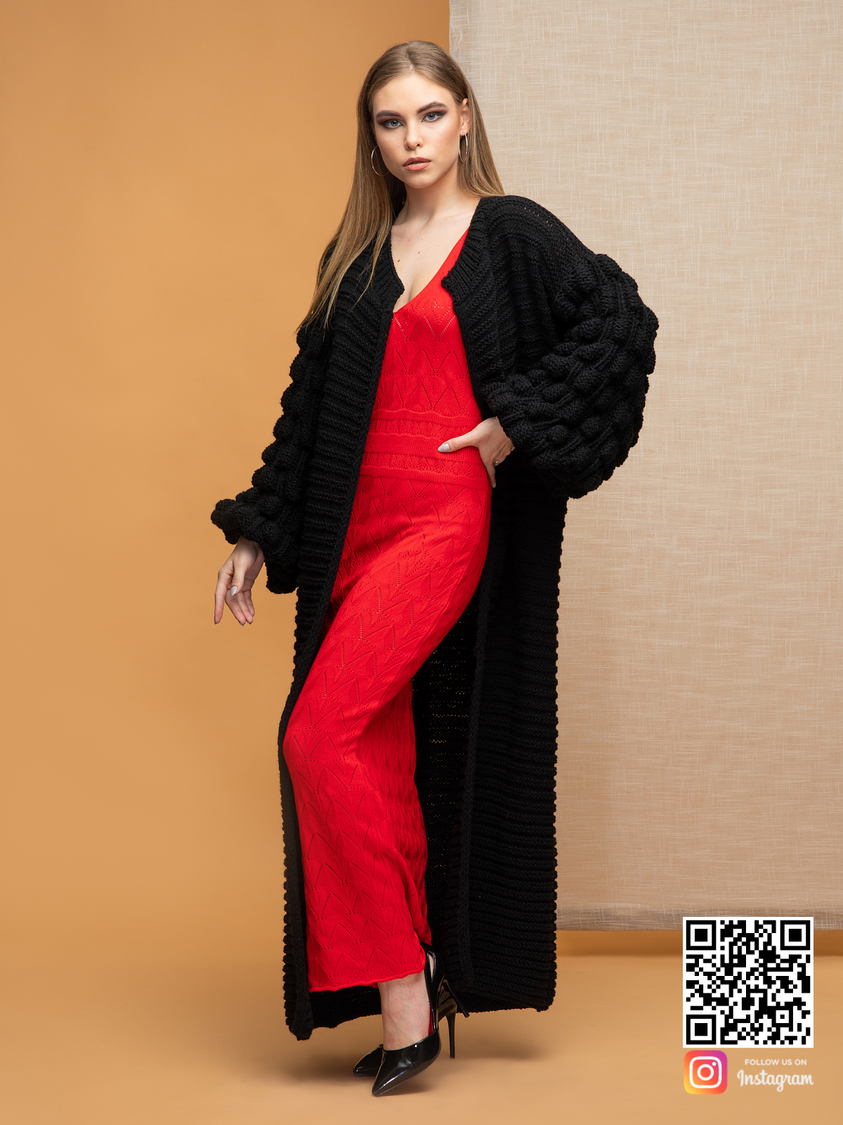 На фотографии черный длинный кардиган от Shapar, бренда вязаной одежды ручной работы в интернет-магазине связанных спицами вещей.