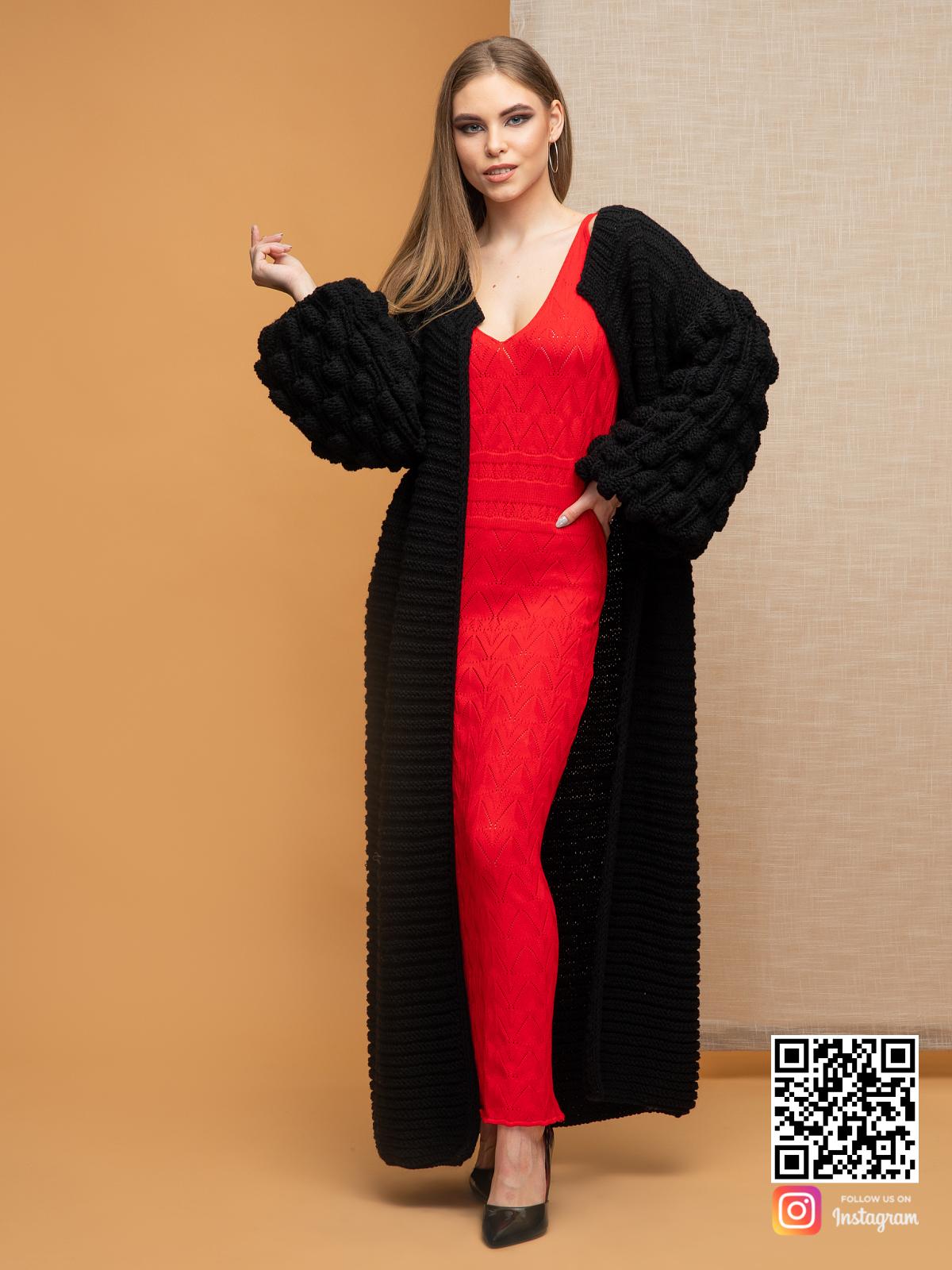 На шестой фотографии модный черный длинный кардиган для девушек и женщин от Shapar, бренда вязаной одежды ручной работы в интернет-магазине связанных спицами вещей.