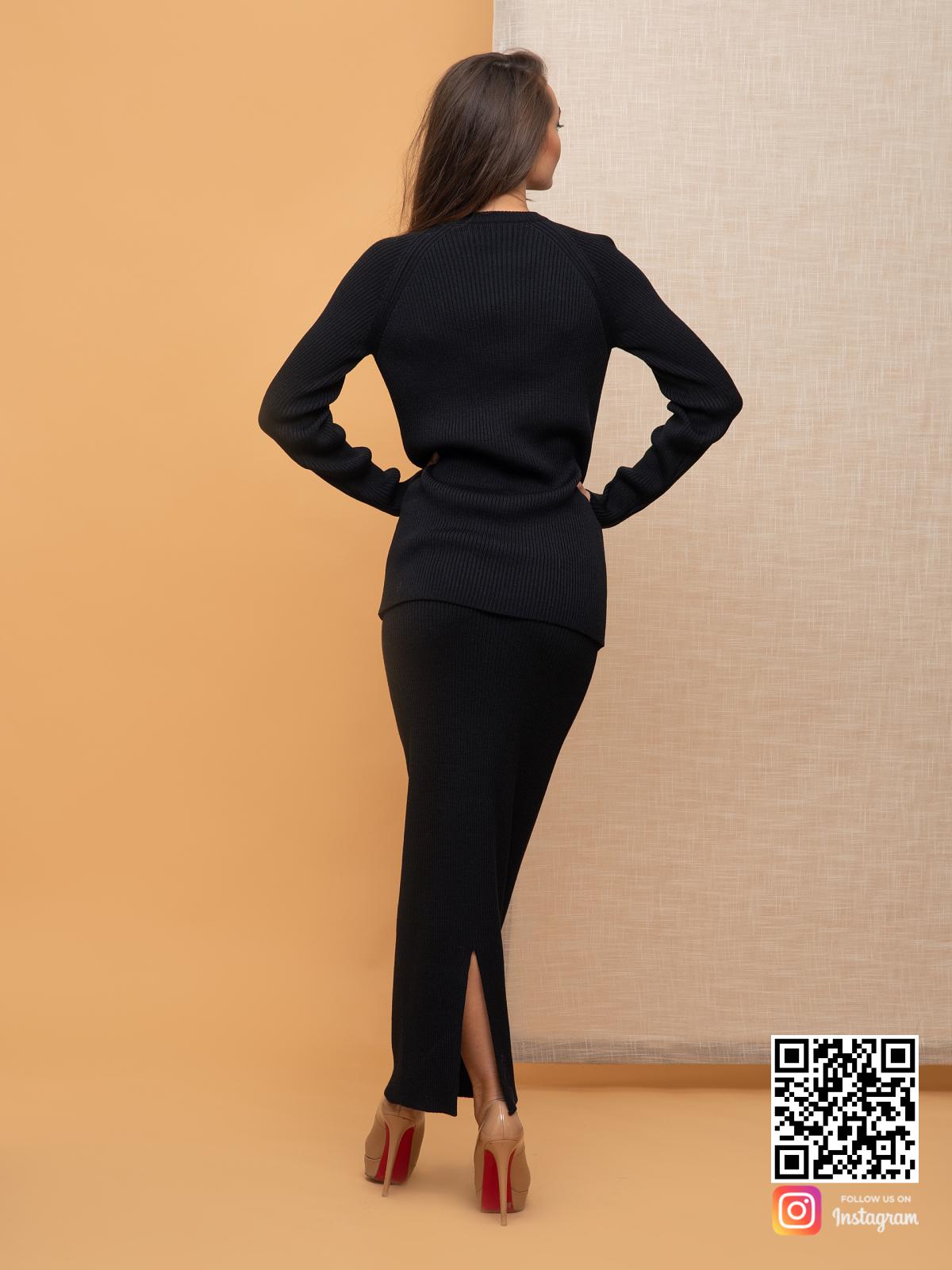 На третьей фотографии черный костюм с юбкой женский со спины от Shapar, бренда вязаной одежды ручной работы в интернет-магазине связанных спицами вещей.