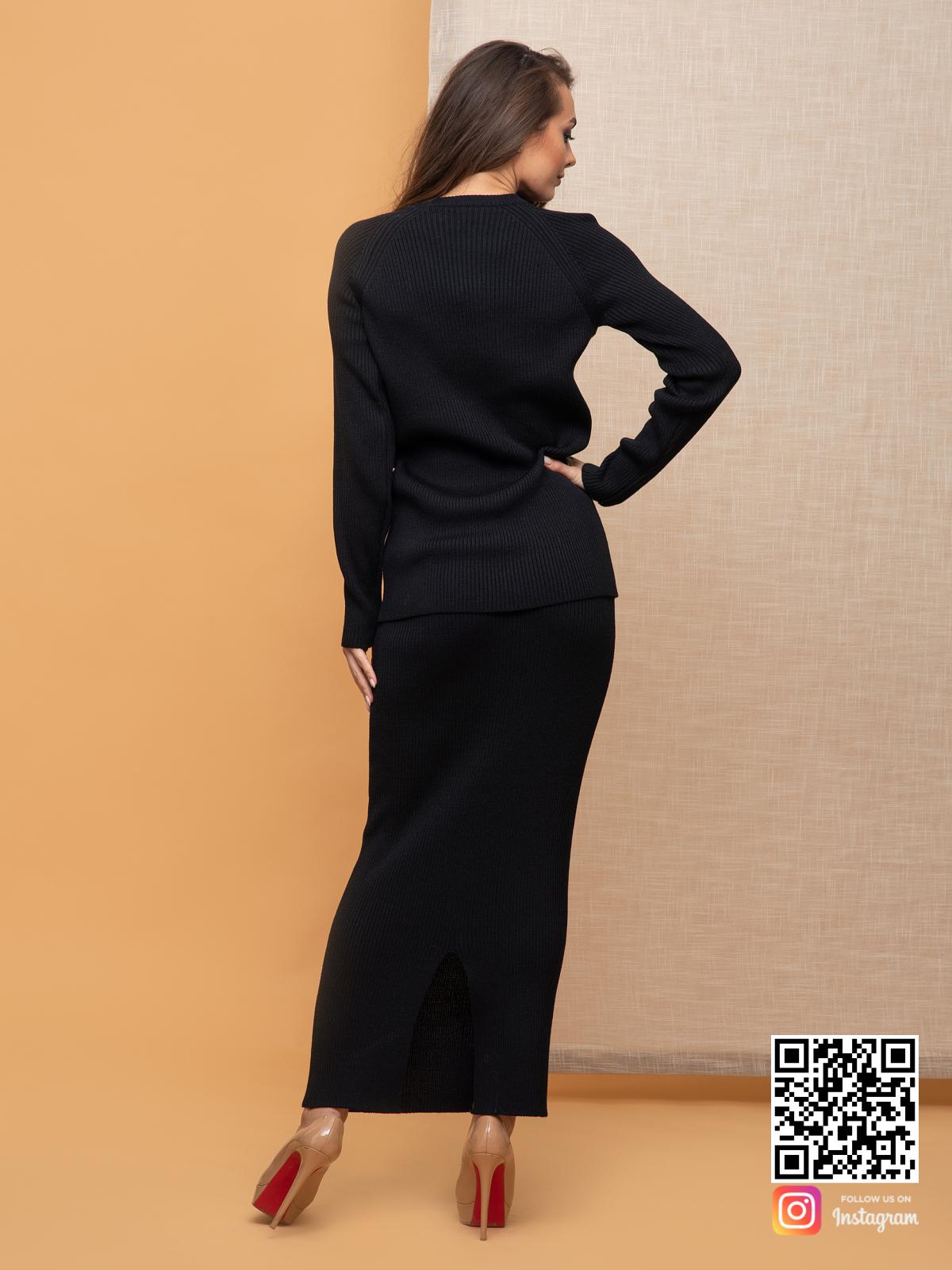 На пятой фотографии модный черный костюм с юбкой для офиса от Shapar, бренда вязаной одежды ручной работы в интернет-магазине связанных спицами вещей.