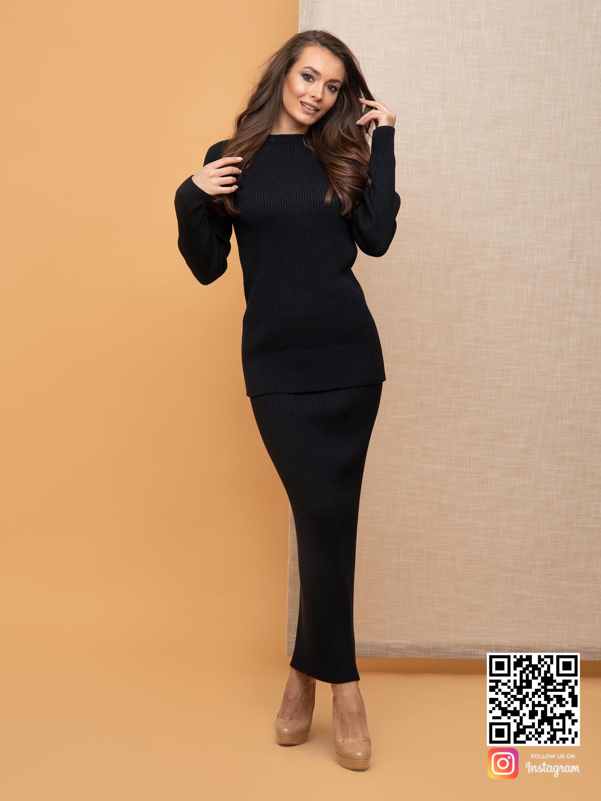 На четвертой фотографии деловой черный костюм с юбкой для девушек и женщин от Shapar, бренда вязаной одежды ручной работы в интернет-магазине связанных спицами вещей.