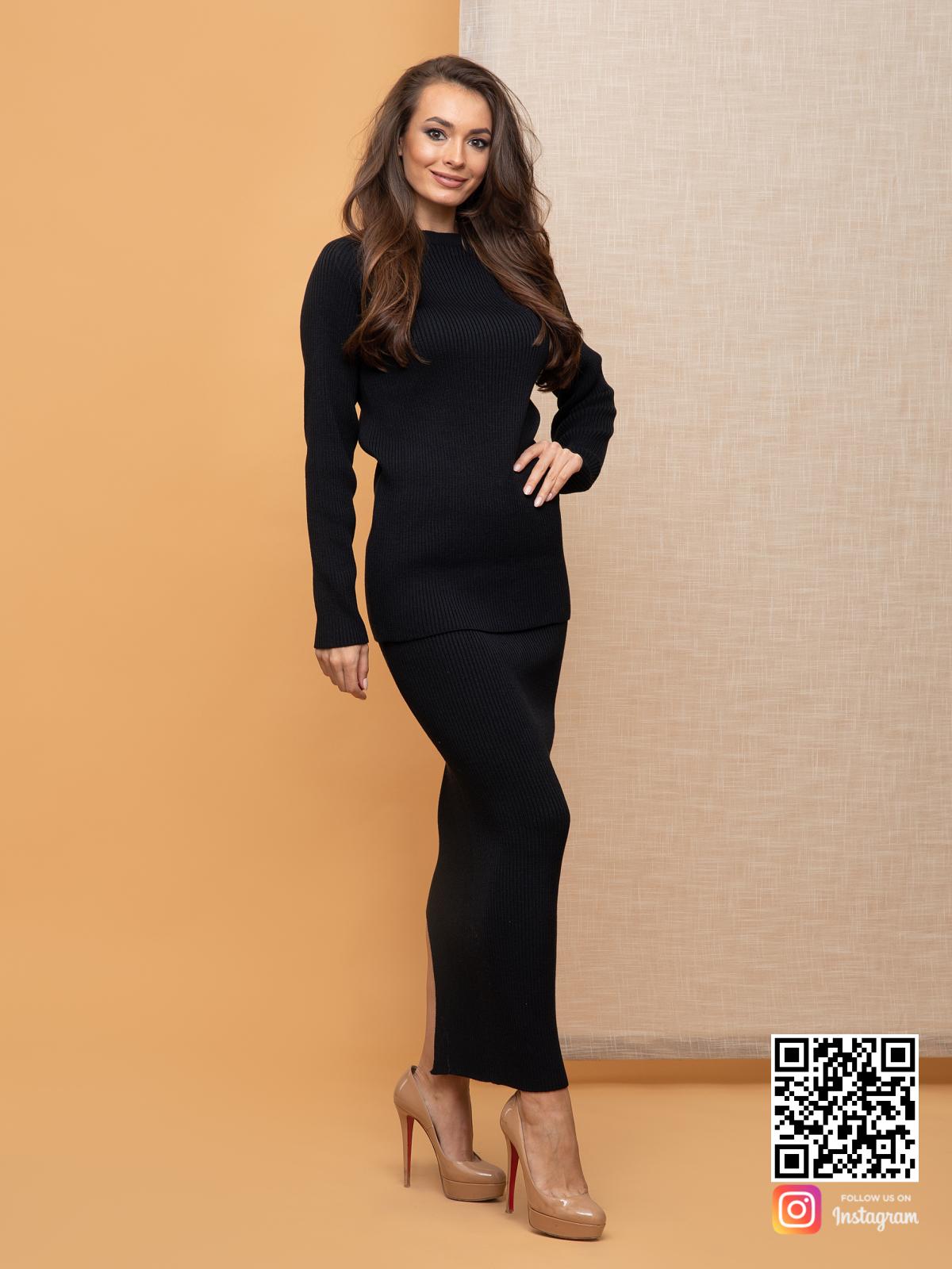 На фотографии черный костюм с юбкой от Shapar, бренда вязаной одежды ручной работы в интернет-магазине связанных спицами вещей.
