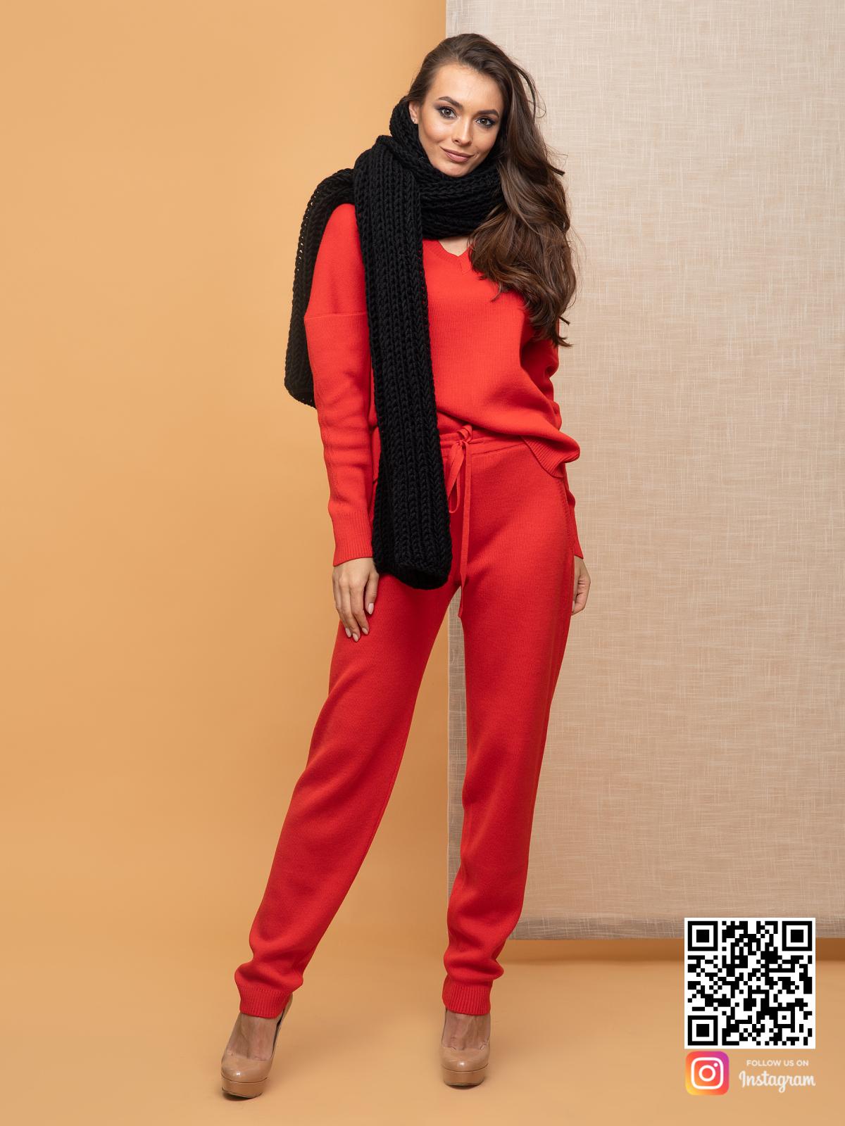На пятой фотографии стильный женский черный теплый шарф от Shapar, бренда вязаной одежды ручной работы в интернет-магазине связанных спицами вещей.