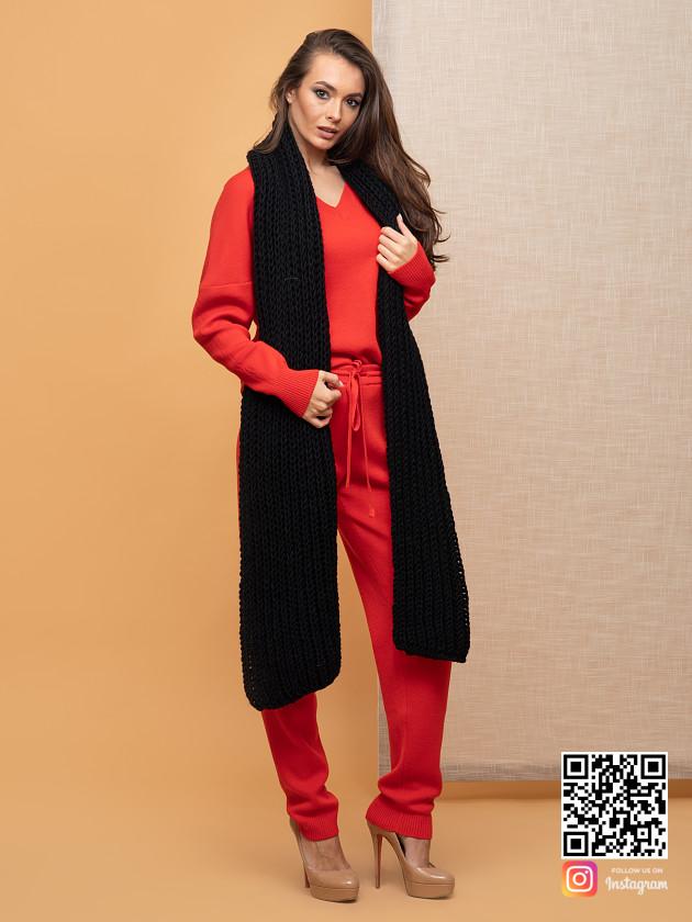 На фотографии женский черный теплый шарф крупной вязки от Shapar, бренда вязаной одежды ручной работы в интернет-магазине связанных спицами вещей.