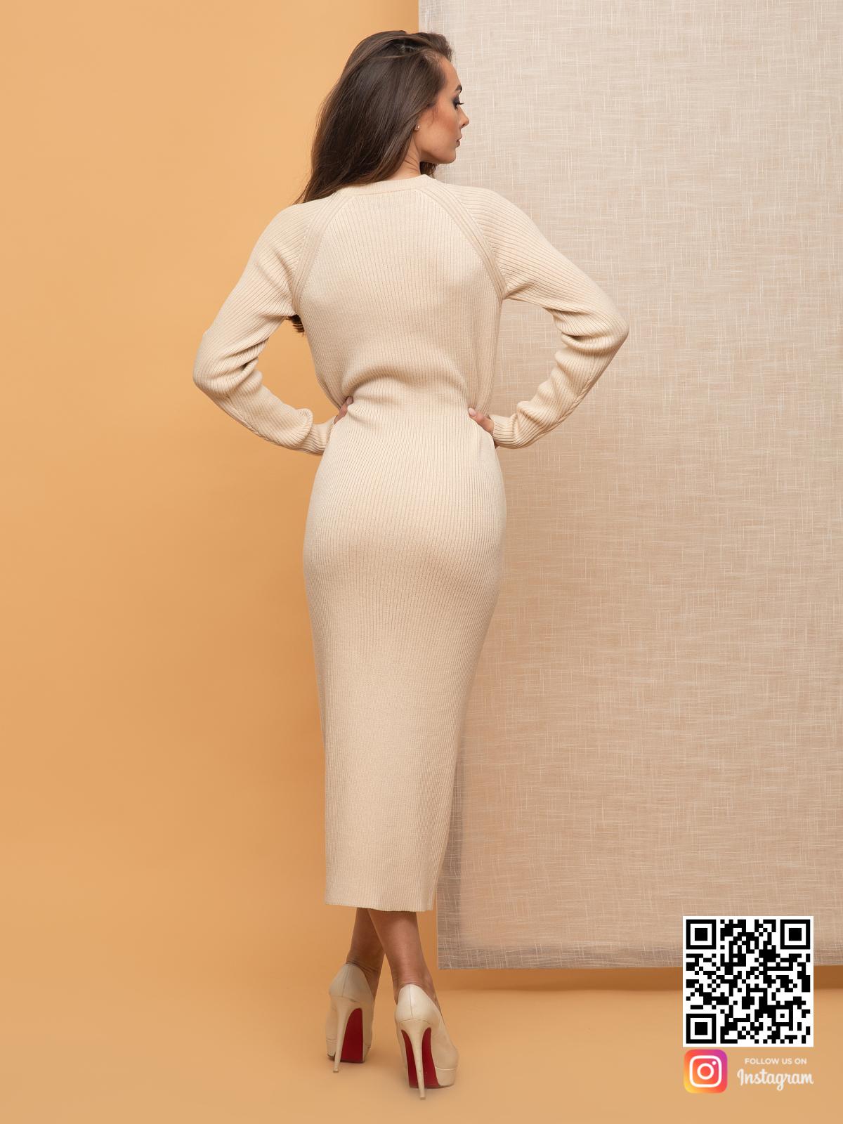На четвертой фотографии женское деловое платье для офиса бежевого цвета от Shapar, бренда вязаной одежды ручной работы в интернет-магазине связанных спицами вещей.