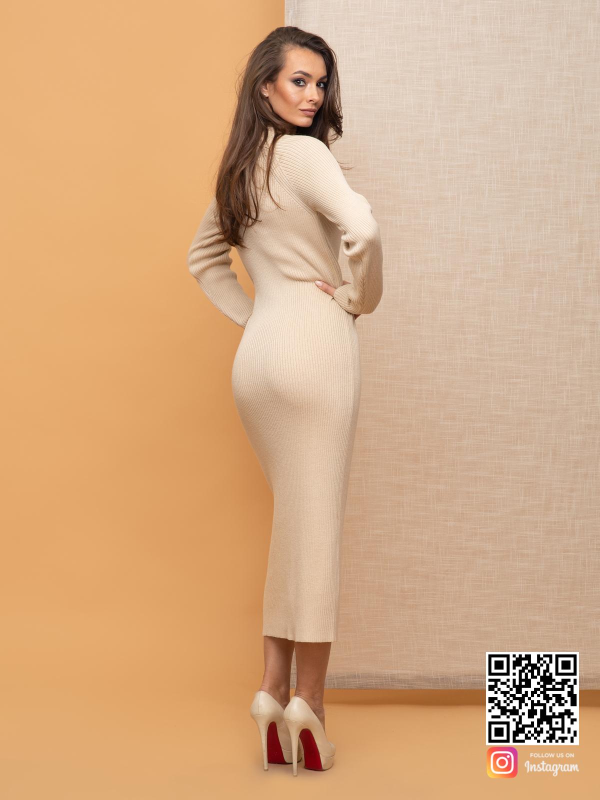 На второй фотографии женское деловое платье для офиса со спины от Shapar, бренда вязаной одежды ручной работы в интернет-магазине связанных спицами вещей.
