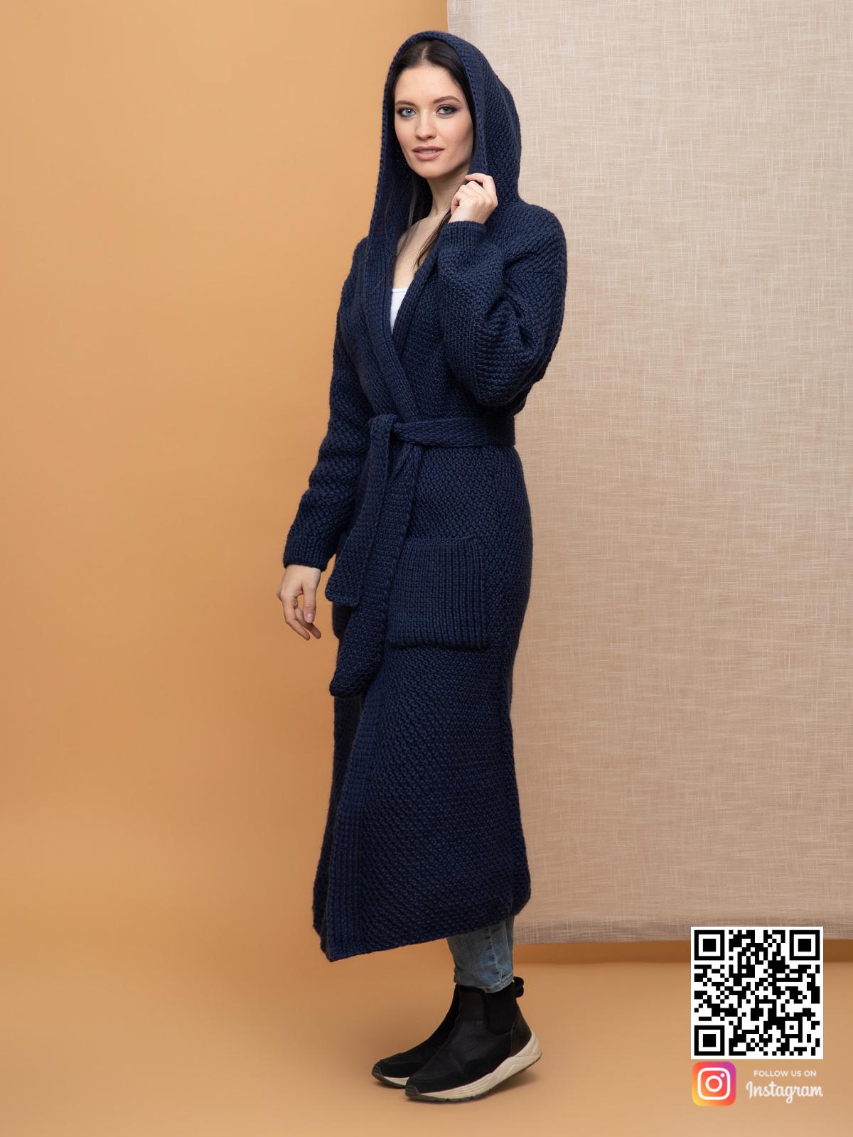 На фотографии женский демисезонный кардиган с капюшоном от Shapar, бренда вязаной одежды ручной работы в интернет-магазине связанных спицами вещей.