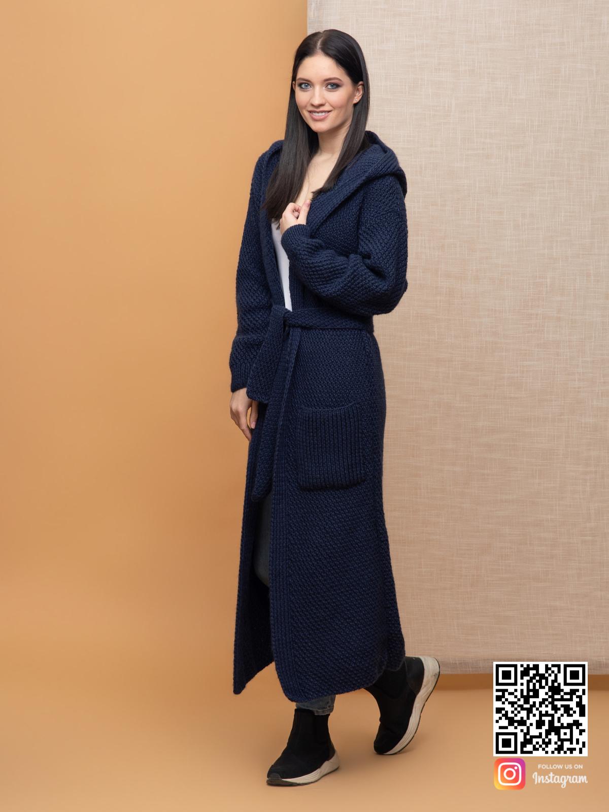 На четвертой фотографии женский демисезонный кардиган темно-синего цвета от Shapar, бренда вязаной одежды ручной работы в интернет-магазине связанных спицами вещей.