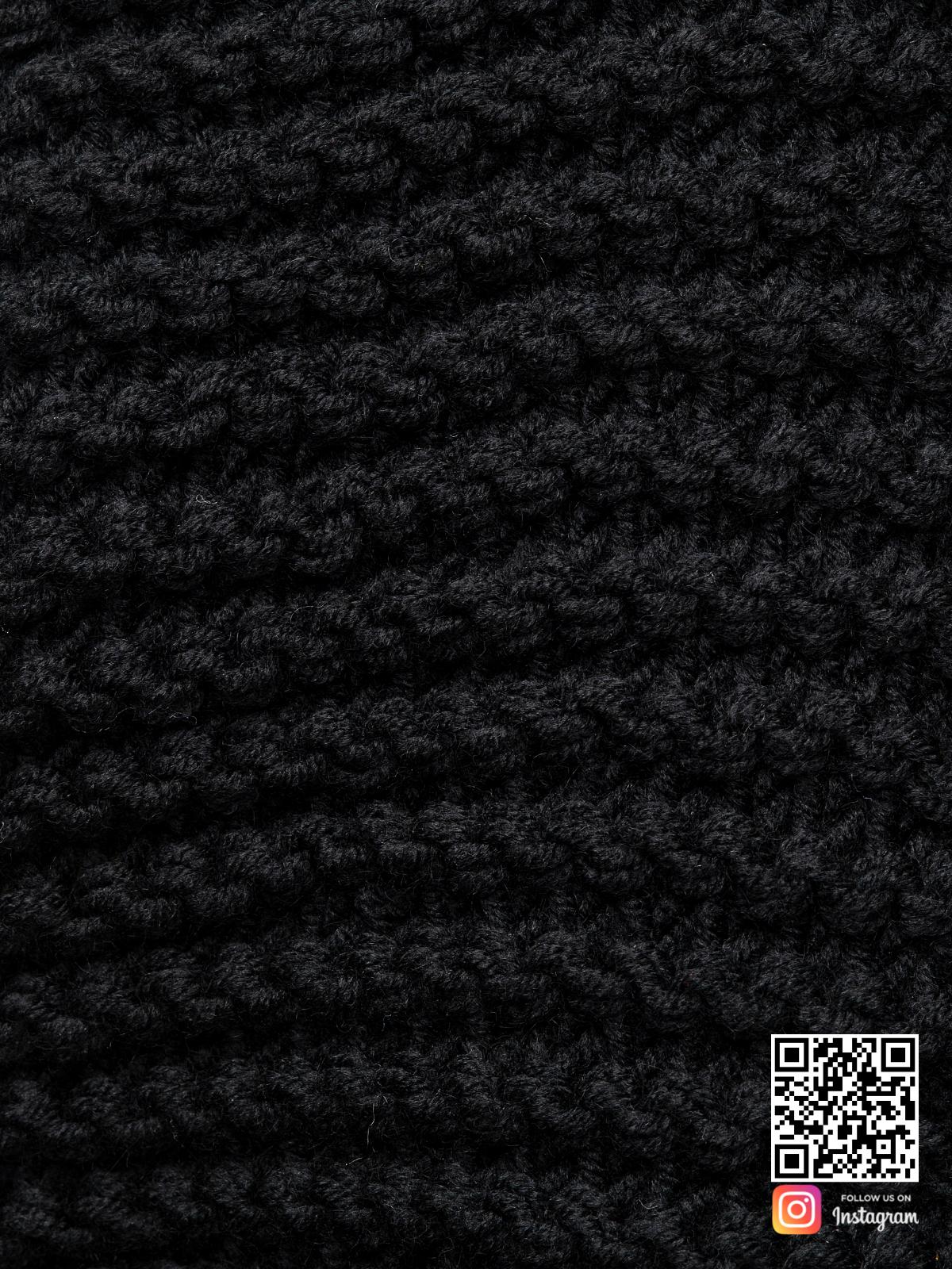 На шестой фотографии женский длинный черный шарф крупным планомот Shapar, бренда вязаной одежды ручной работы в интернет-магазине связанных спицами вещей.