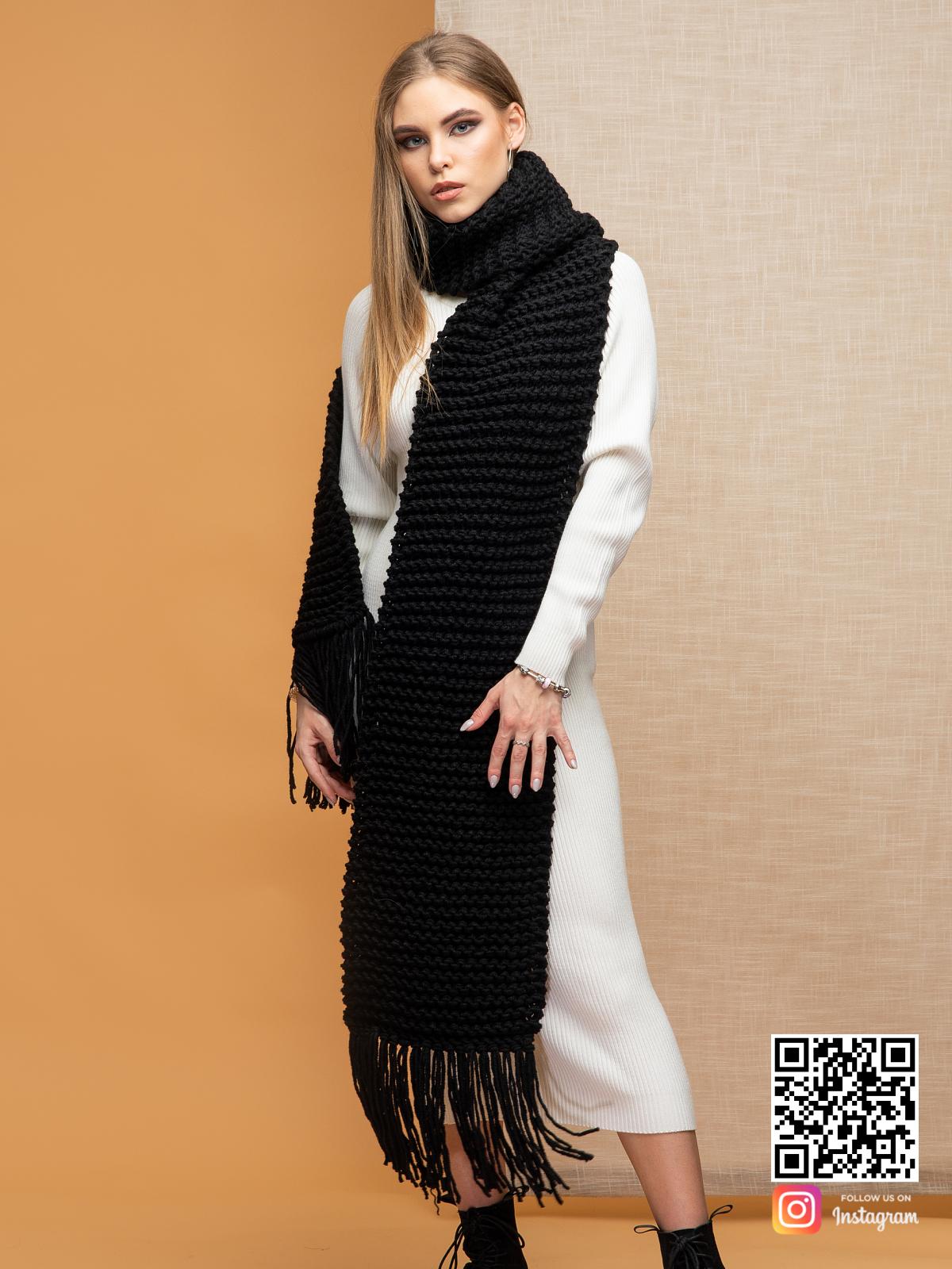 На пятой фотографии объемный длинный черный шарф от Shapar, бренда вязаной одежды ручной работы в интернет-магазине связанных спицами вещей.