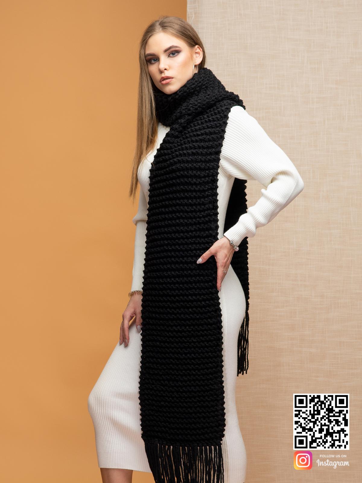 На четвертой фотографии теплый длинный черный шарф крупной вязки от Shapar, бренда вязаной одежды ручной работы в интернет-магазине связанных спицами вещей.