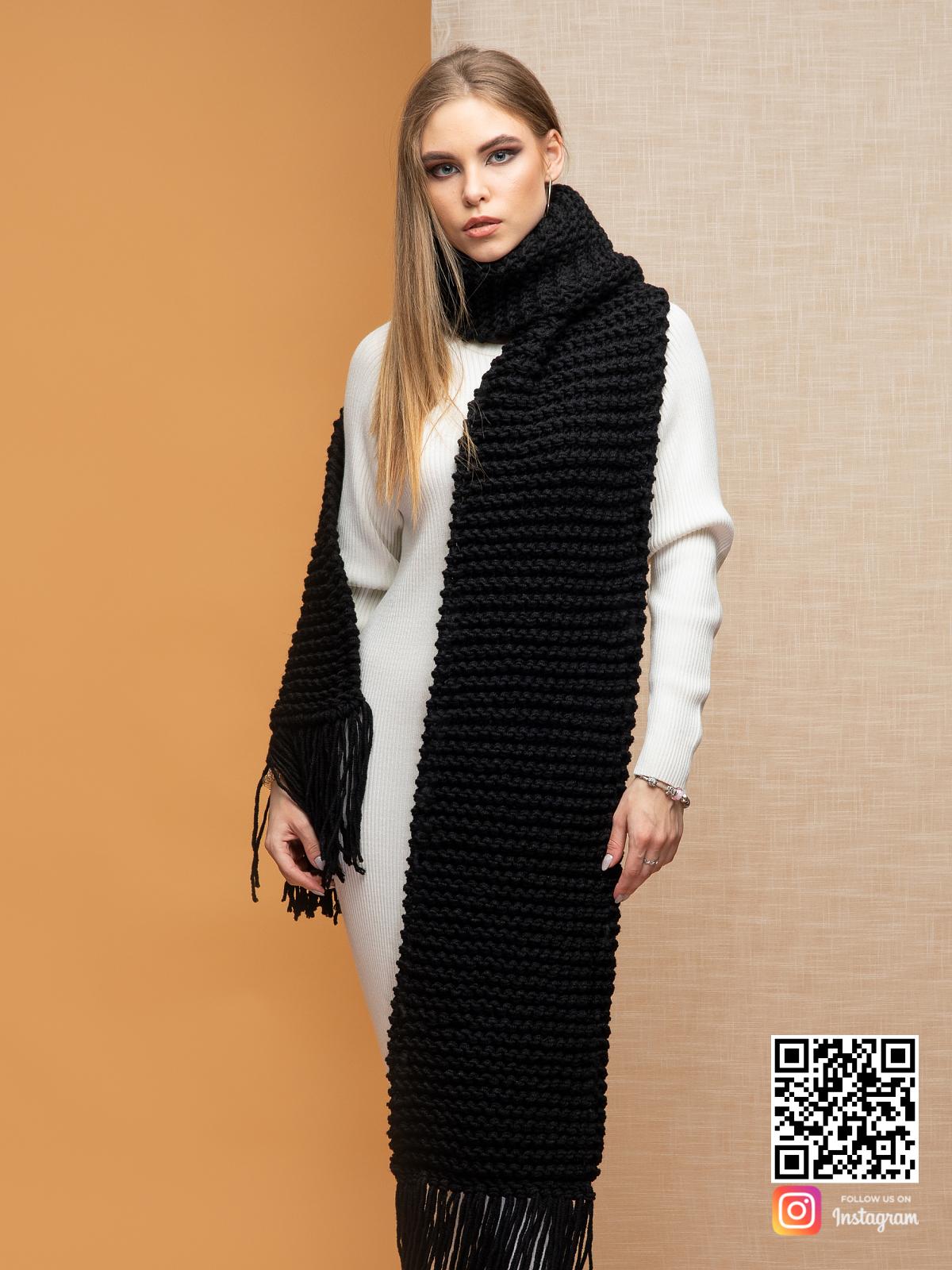 На третьей фотографии женский длинный шарф черного цвета от Shapar, бренда вязаной одежды ручной работы в интернет-магазине связанных спицами вещей.