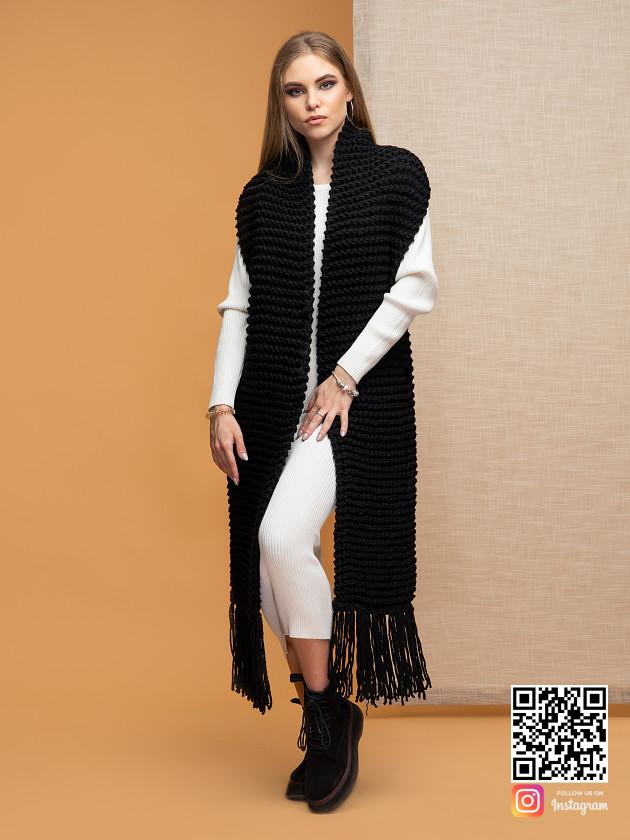 На фотографии женский длинный черный шарф от Shapar, бренда вязаной одежды ручной работы в интернет-магазине связанных спицами вещей.