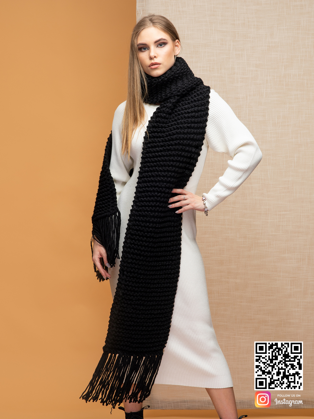 На второй фотографии длинный черный шарф для девушек и женщин от Shapar, бренда вязаной одежды ручной работы в интернет-магазине связанных спицами вещей.