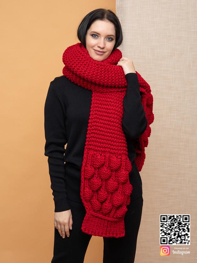 На фотографии женский длинный красный шарф от Shapar, бренда вязаной одежды ручной работы в интернет-магазине связанных спицами вещей.