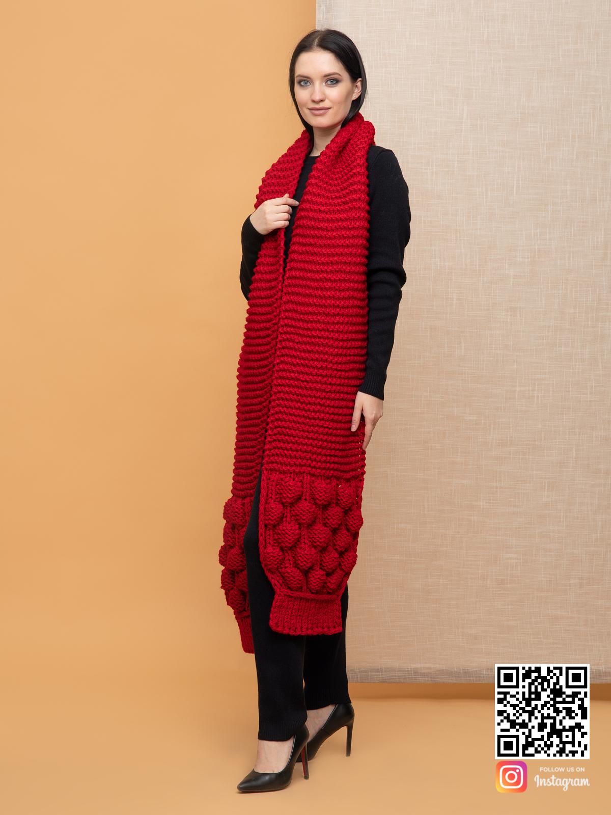 На второй фотографии женский длинный красный шарф крупной вязки от Shapar, бренда вязаной одежды ручной работы в интернет-магазине связанных спицами вещей.