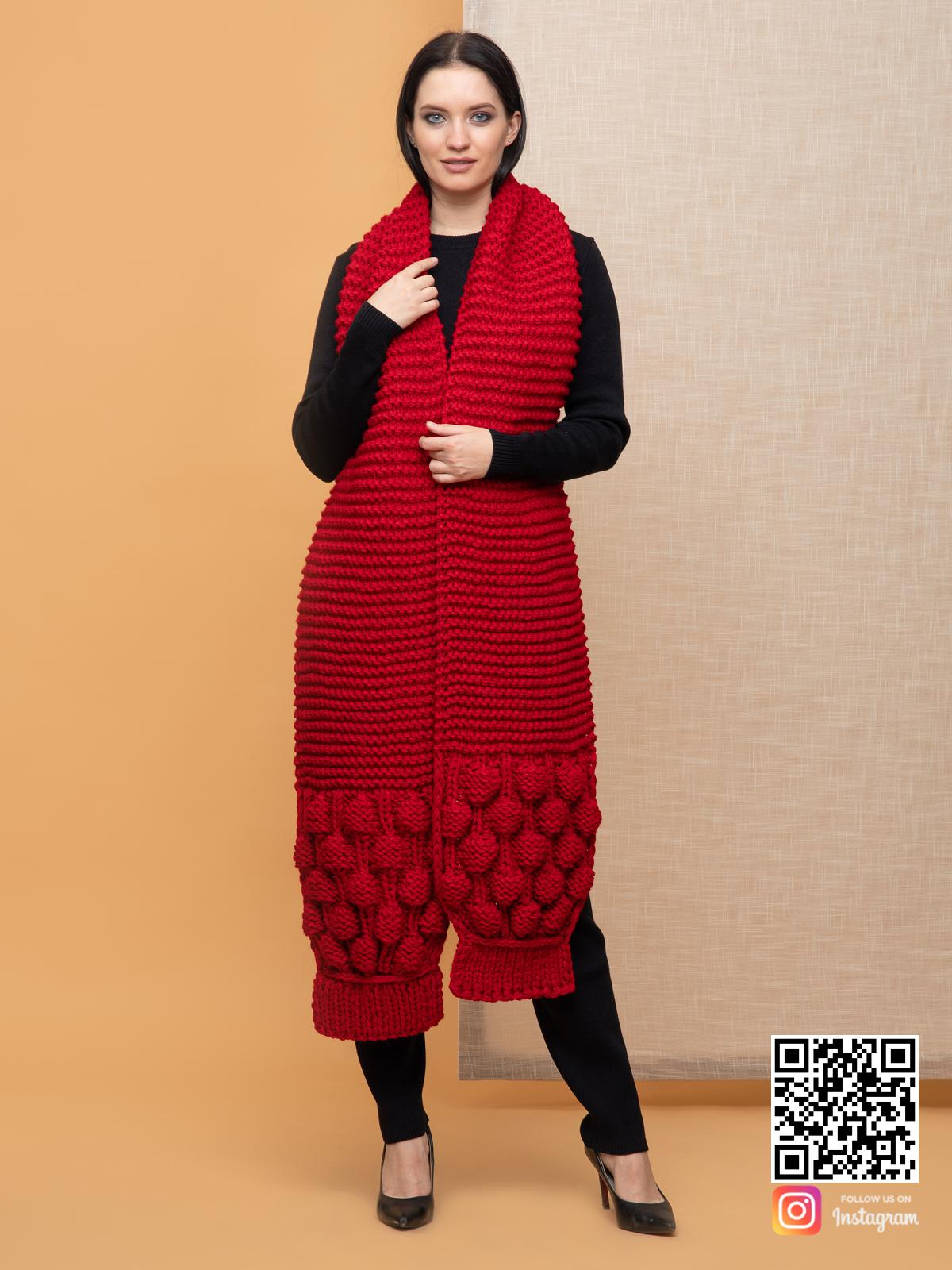 На шестой фотографии модный длинный красный шарф для девушек и женщин от Shapar, бренда вязаной одежды ручной работы в интернет-магазине связанных спицами вещей.