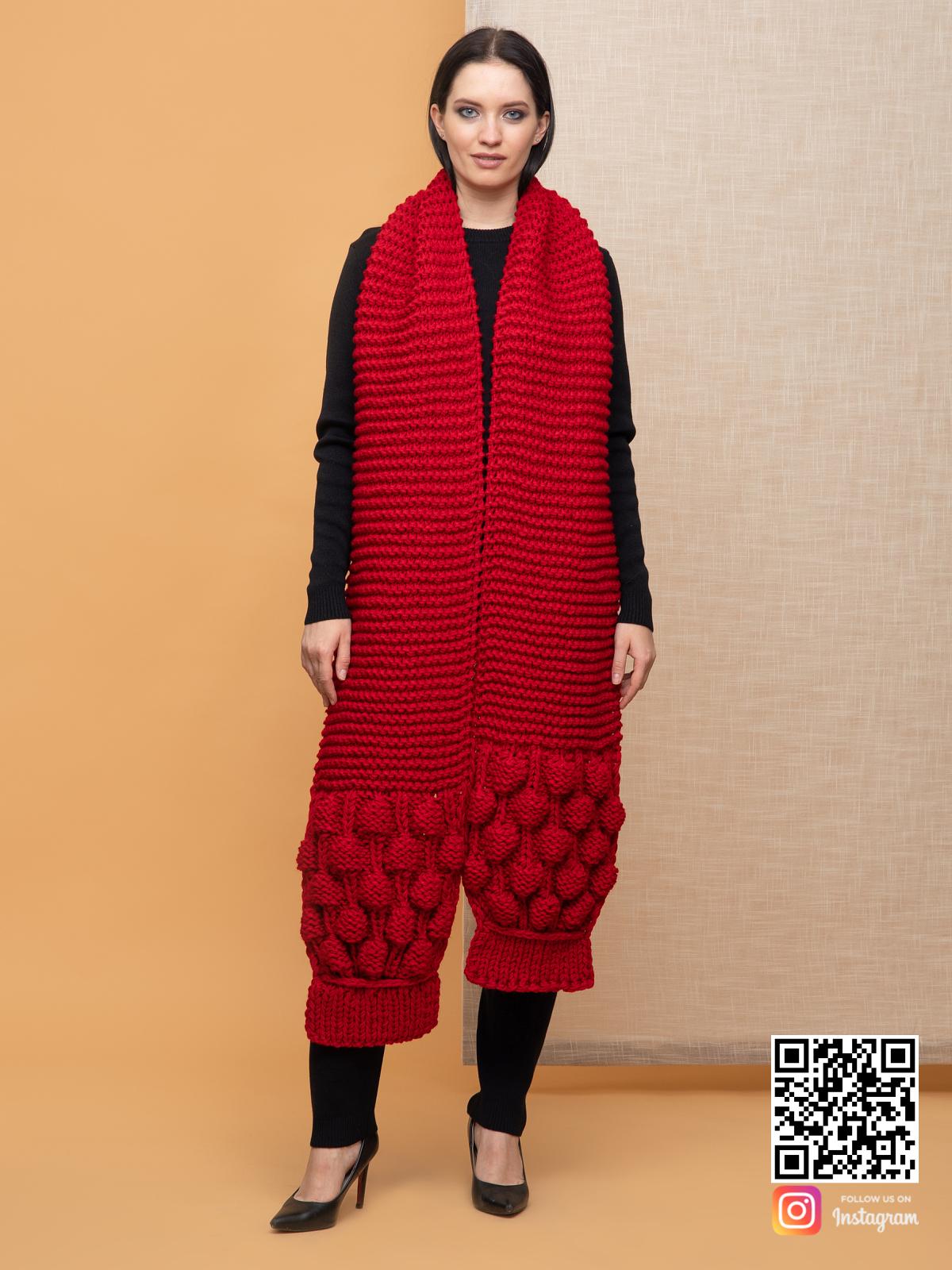 На четвертой фотографии объемный длинный красный шарф от Shapar, бренда вязаной одежды ручной работы в интернет-магазине связанных спицами вещей.