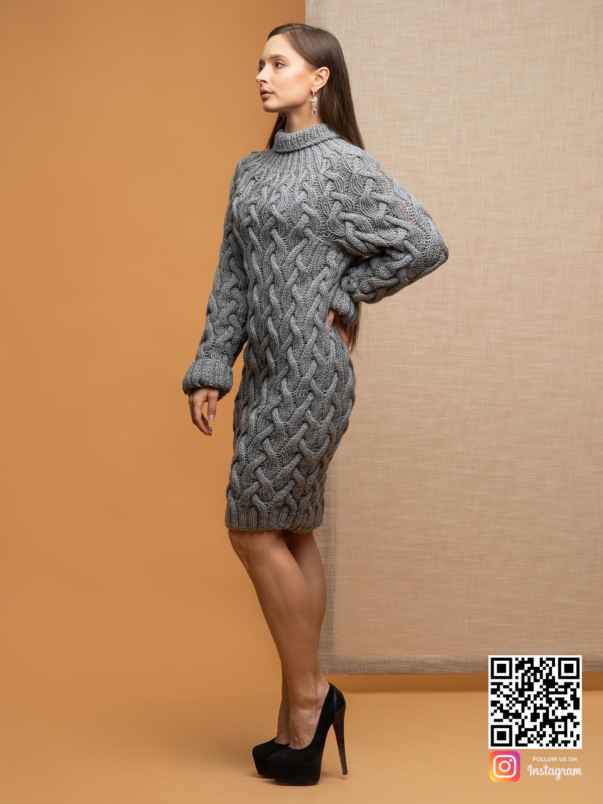 На третьей фотографии женский длинный свитер крупной вязки серого цвета от Shapar, бренда вязаной одежды ручной работы в интернет-магазине связанных спицами вещей.