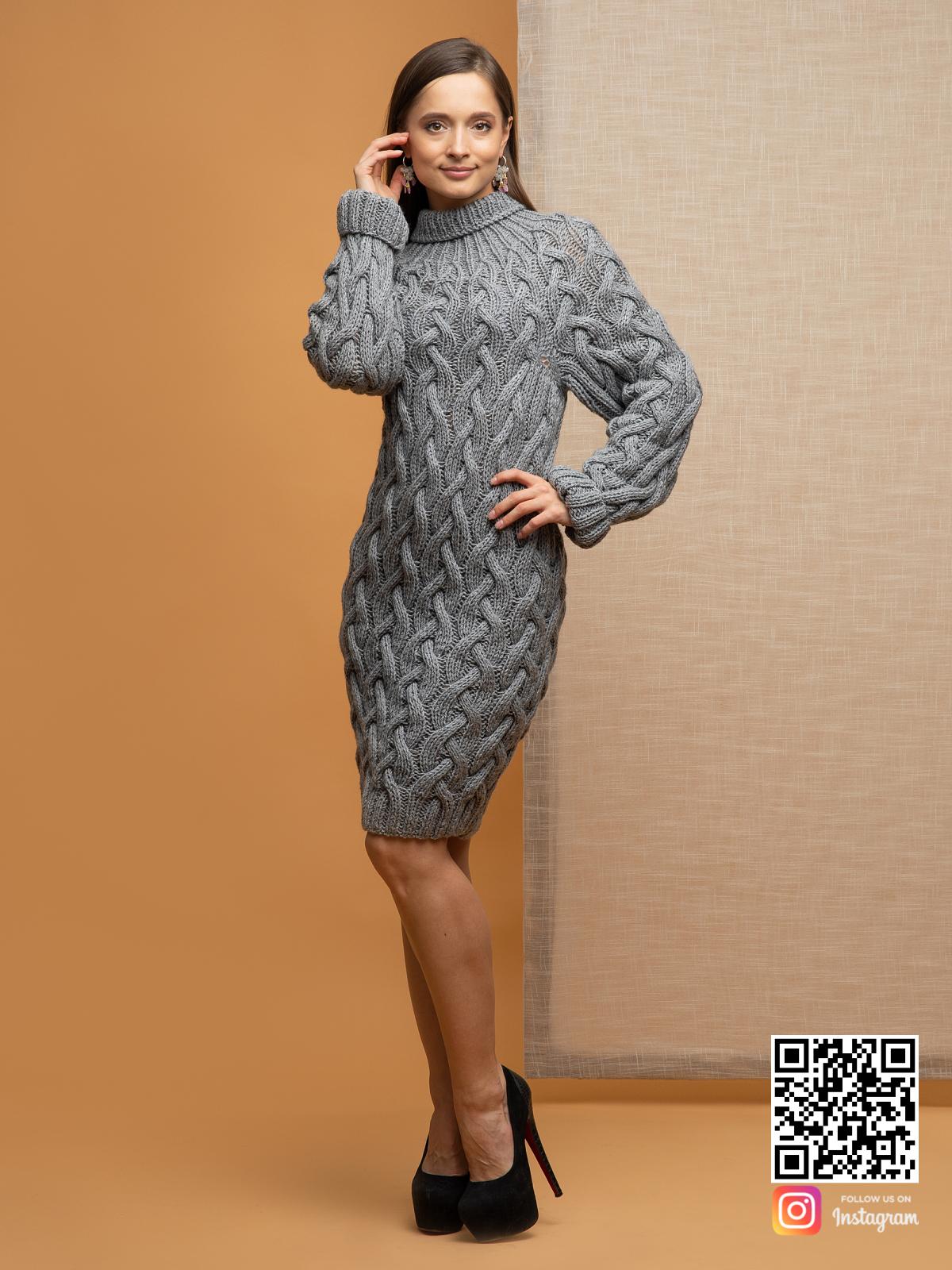 На фотографии женский длинный свитер крупной вязки от Shapar, бренда вязаной одежды ручной работы в интернет-магазине связанных спицами вещей.