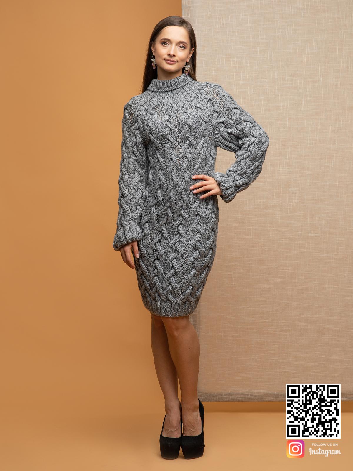 На пятой фотографии модный длинный свитер крупной вязки для девушек и женщин от Shapar, бренда вязаной одежды ручной работы в интернет-магазине связанных спицами вещей.