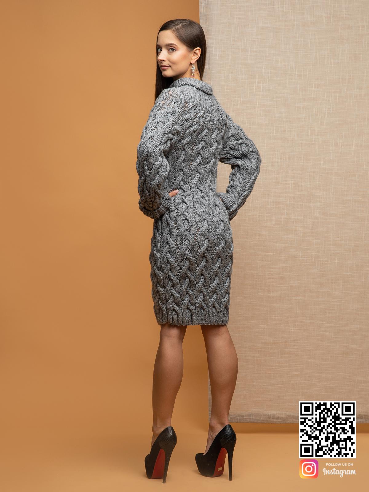 На второй фотографии женский длинный свитер крупной вязки со спины от Shapar, бренда вязаной одежды ручной работы в интернет-магазине связанных спицами вещей.