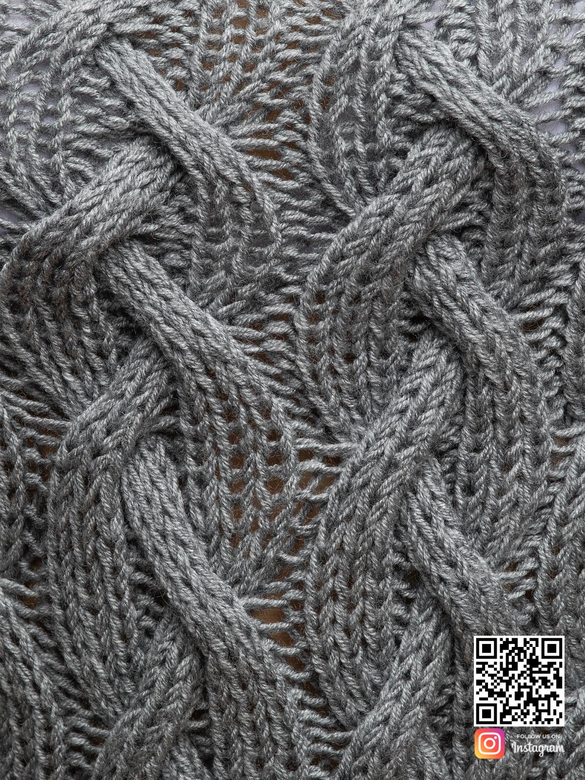 На четвертой фотографии женский длинный свитер крупной вязки вблизи от Shapar, бренда вязаной одежды ручной работы в интернет-магазине связанных спицами вещей.