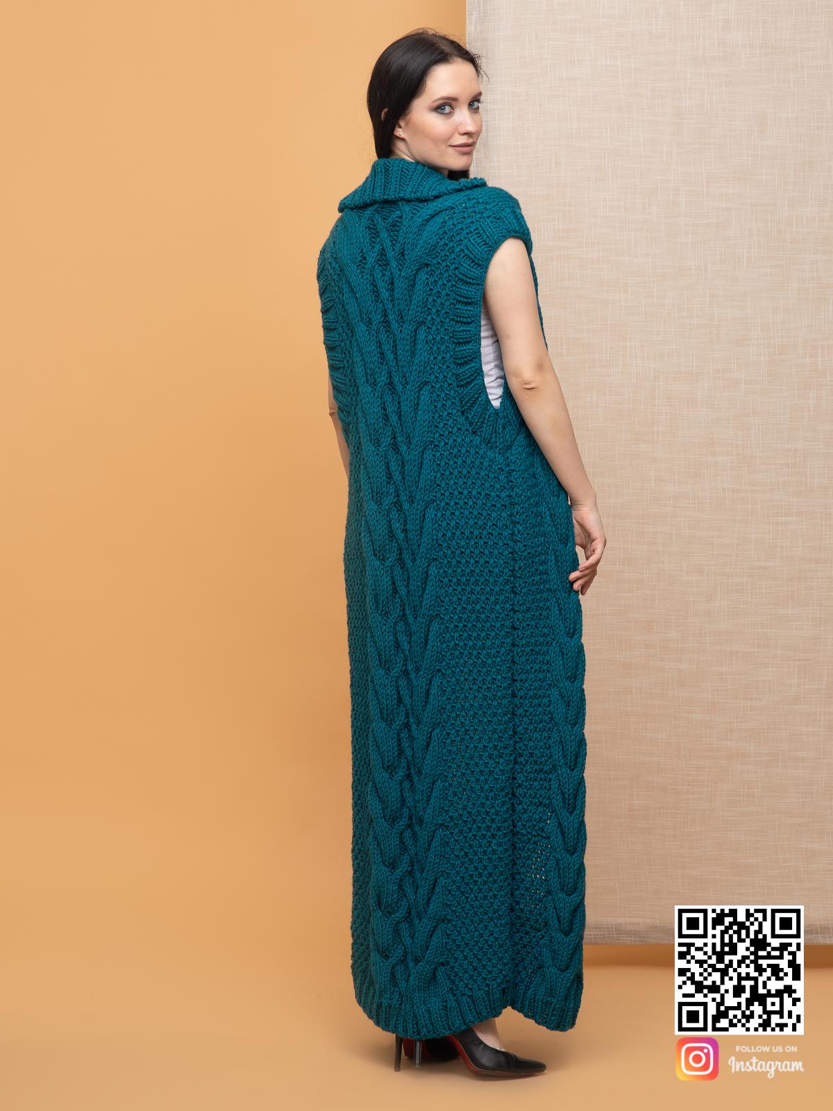 На пятой фотографии модный длинный жилет с косами для девушек и женщин от Shapar, бренда вязаной одежды ручной работы в интернет-магазине связанных спицами вещей.
