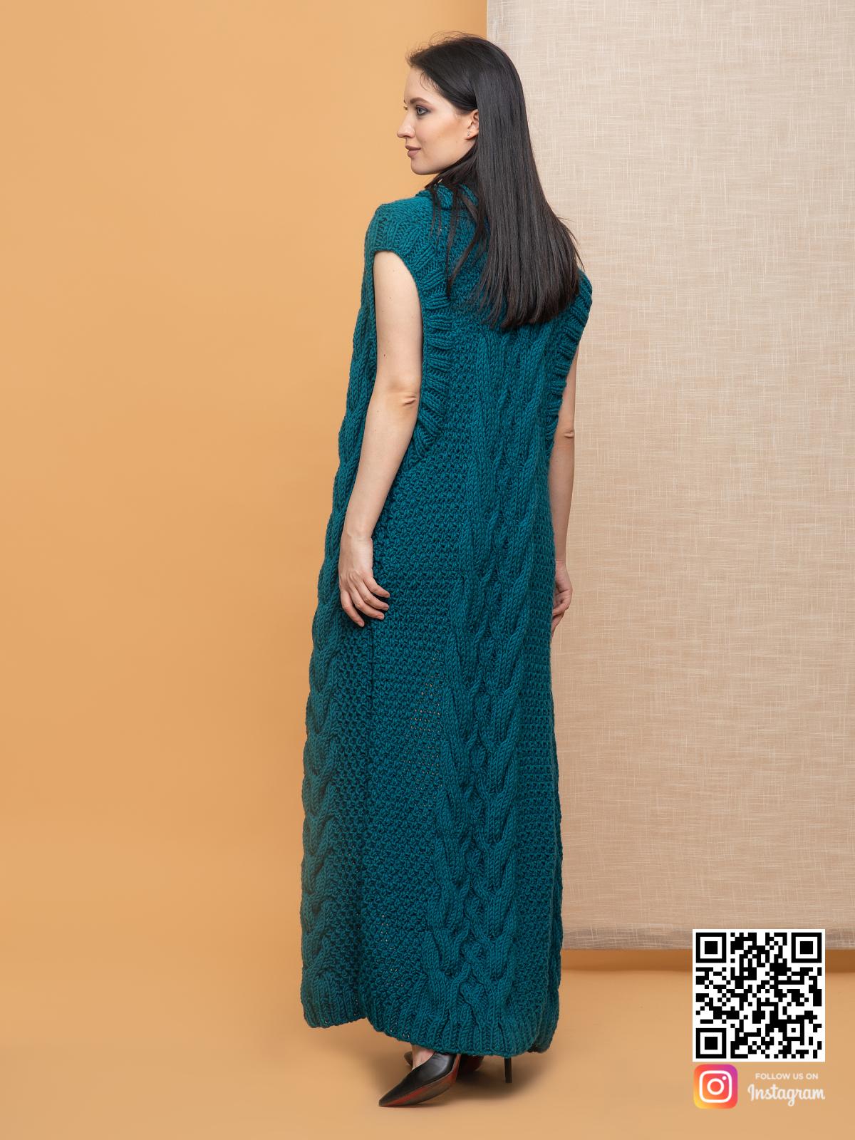 На второй фотографии женский длинный жилет с косами со спины от Shapar, бренда вязаной одежды ручной работы в интернет-магазине связанных спицами вещей.