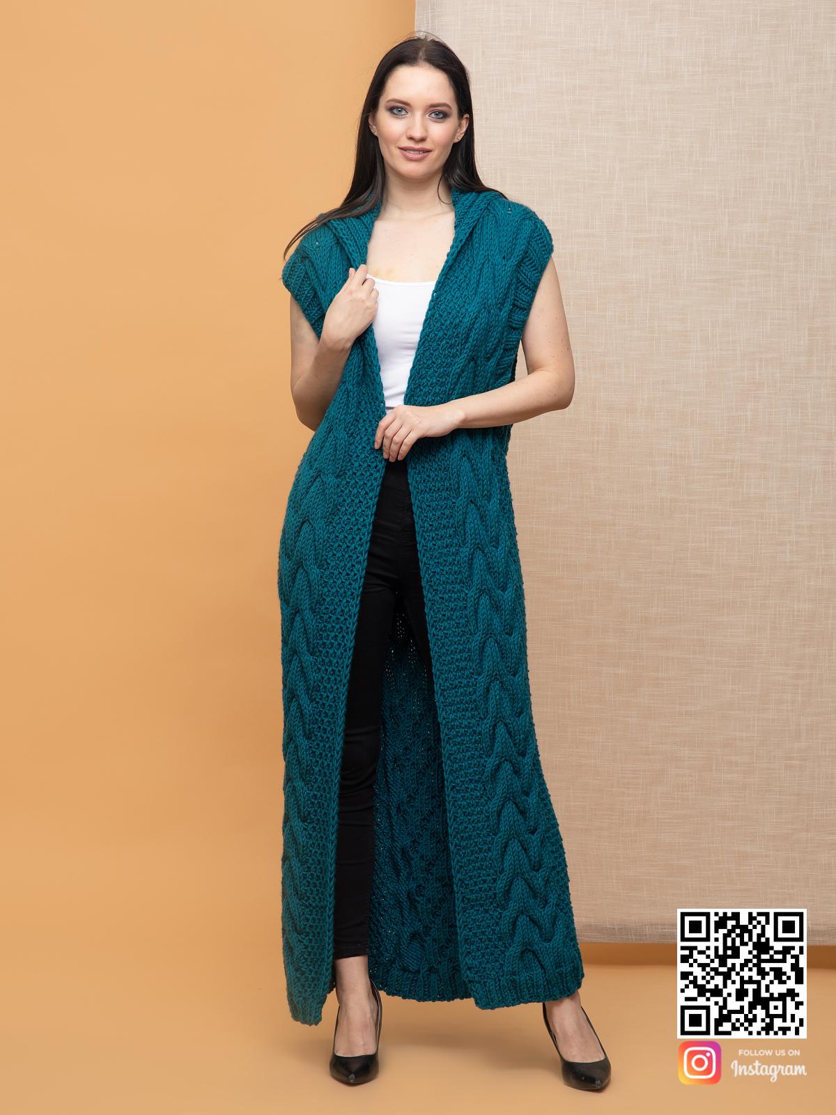 На третьей фотографии женский длинный жилет с косами в цвете морской волны от Shapar, бренда вязаной одежды ручной работы в интернет-магазине связанных спицами вещей.