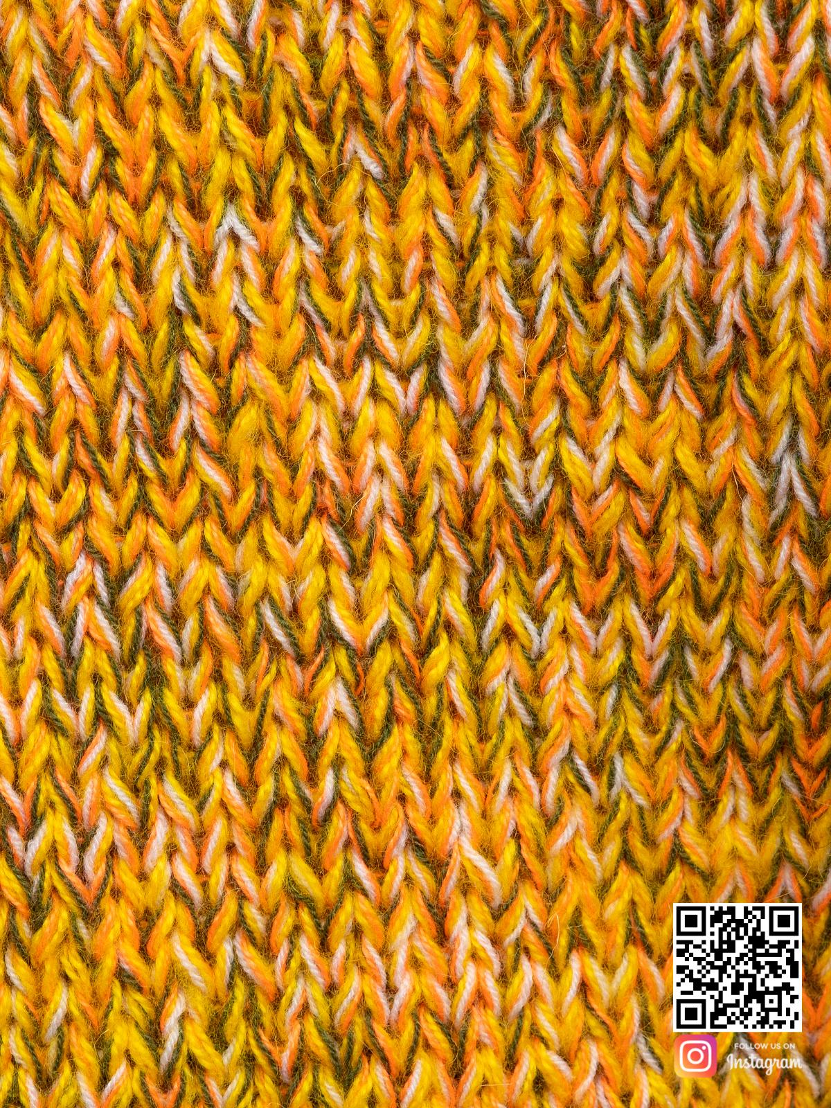 На седьмой фотографии женский дорогой свитер крупным планом от Shapar, бренда вязаной одежды ручной работы в интернет-магазине связанных спицами вещей.