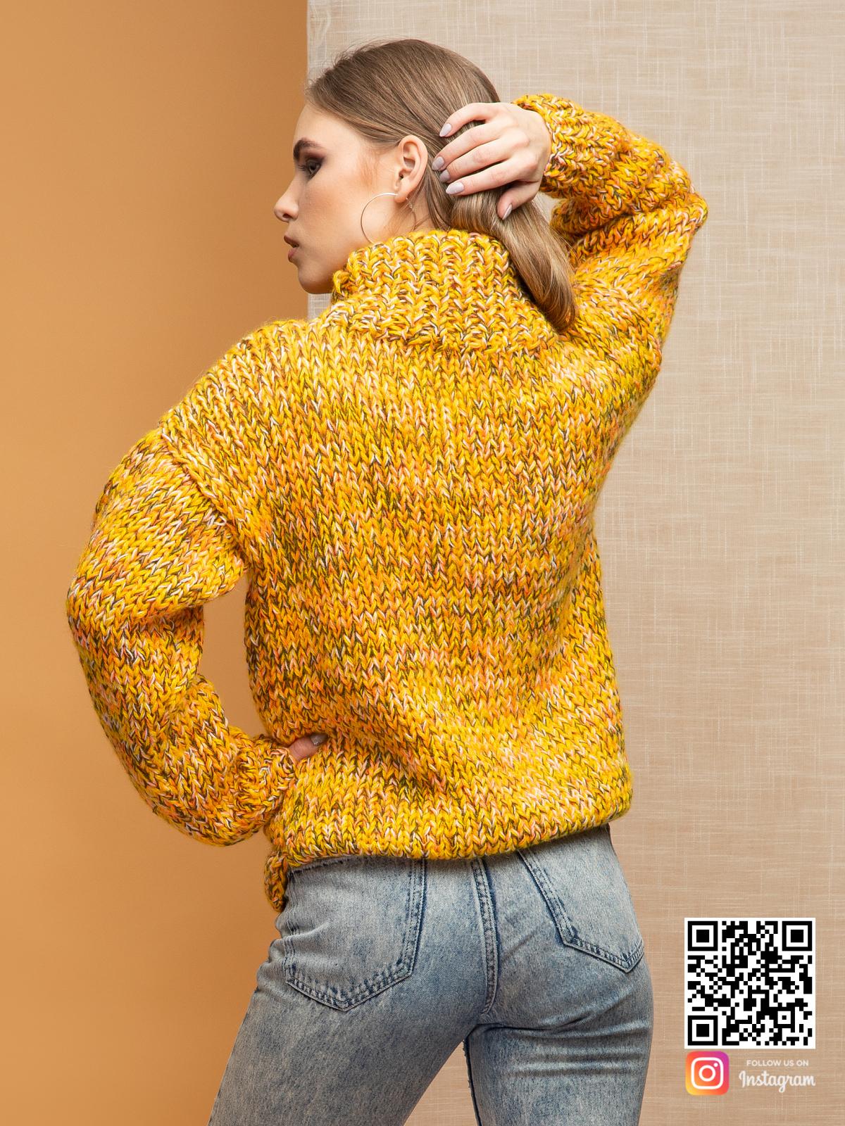 На второй фотографии женский дорогой свитер со спины от Shapar, бренда вязаной одежды ручной работы в интернет-магазине связанных спицами вещей.
