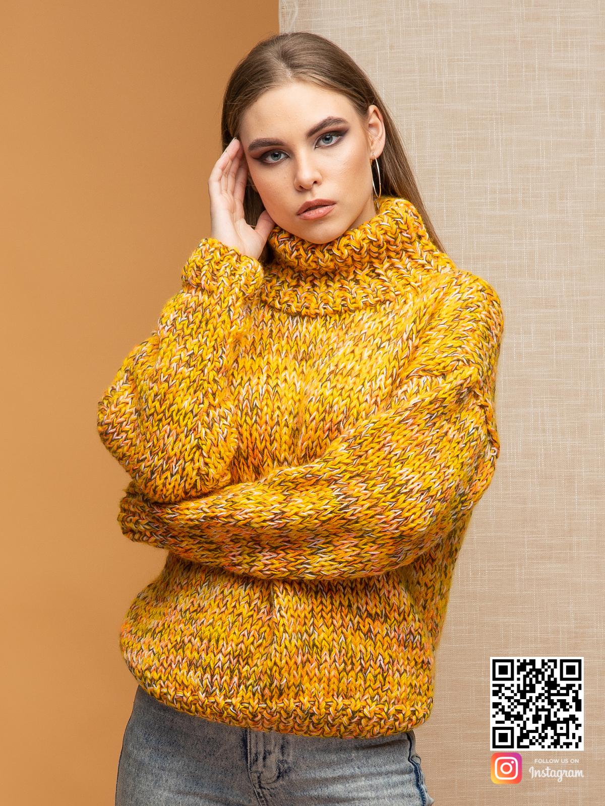 На шестой фотографии женский дорогой свитер для модниц от Shapar, бренда вязаной одежды ручной работы в интернет-магазине связанных спицами вещей.