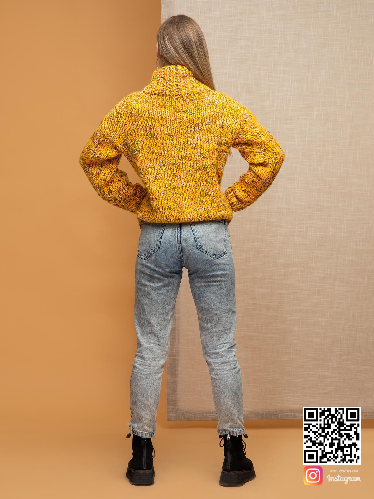 На пятой фотографии женский меланжевый дорогой свитер от Shapar, бренда вязаной одежды ручной работы в интернет-магазине связанных спицами вещей.