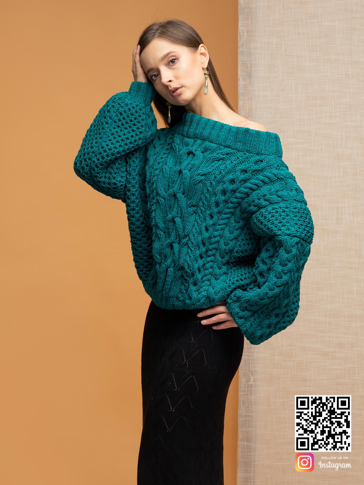 На четвертой фотографии женский джемпер в косах со спущенным плечом от Shapar, бренда вязаной одежды ручной работы в интернет-магазине связанных спицами вещей.