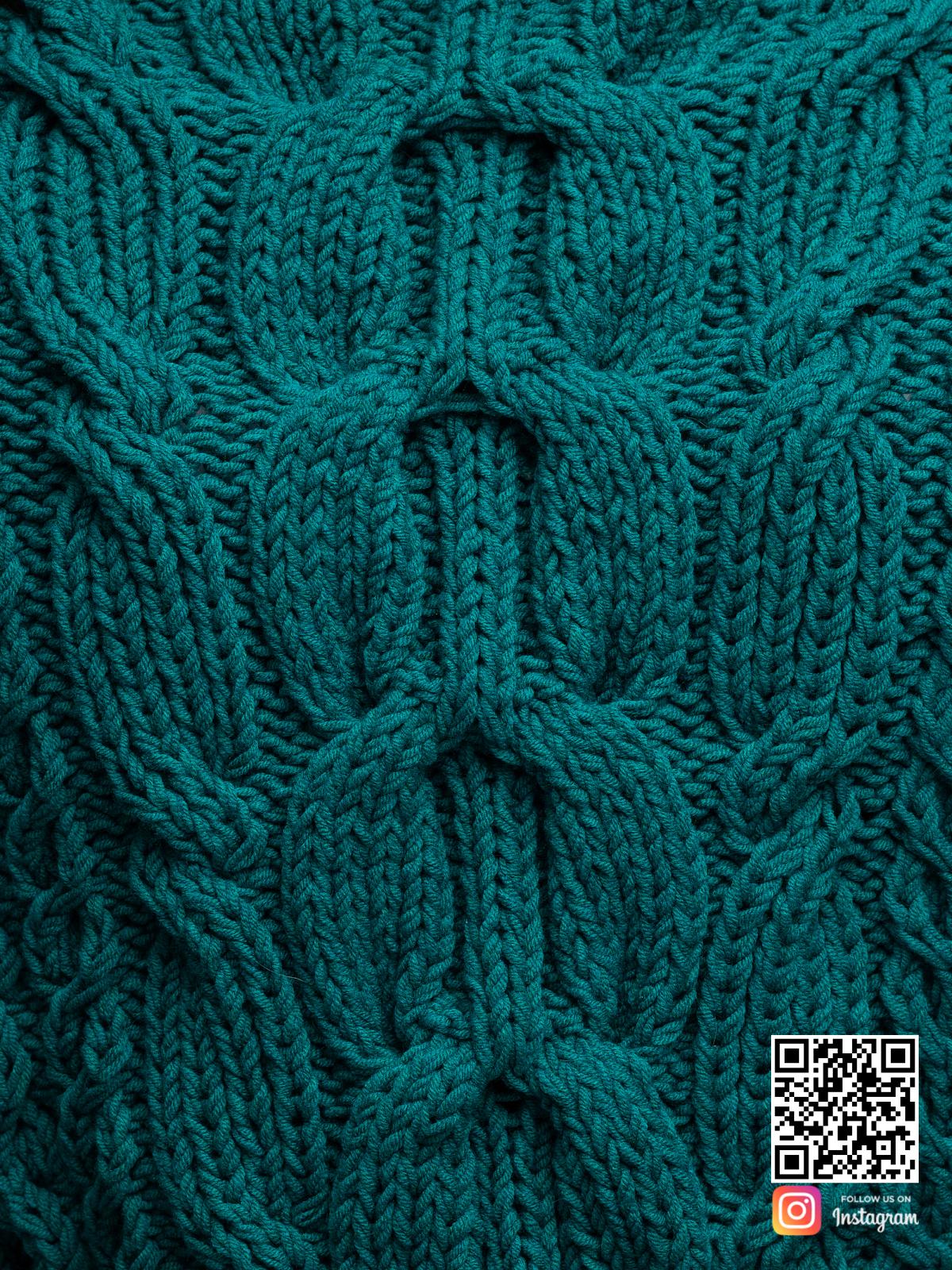 На пятой фотографии женский джемпер на одно плечо крупным планом от Shapar, бренда вязаной одежды ручной работы в интернет-магазине связанных спицами вещей.