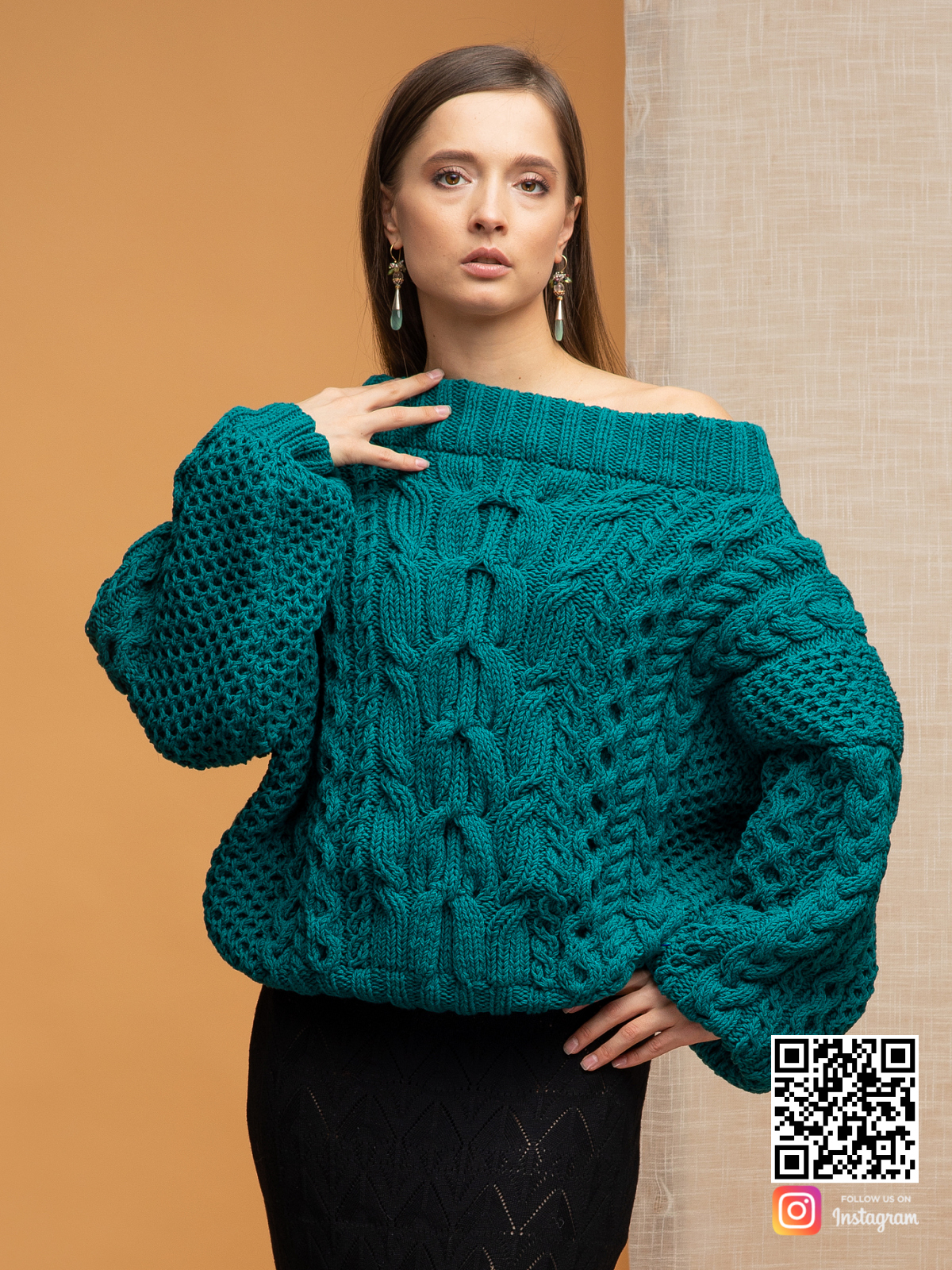 На фотографии женский джемпер на одно плечо от Shapar, бренда вязаной одежды ручной работы в интернет-магазине связанных спицами вещей.
