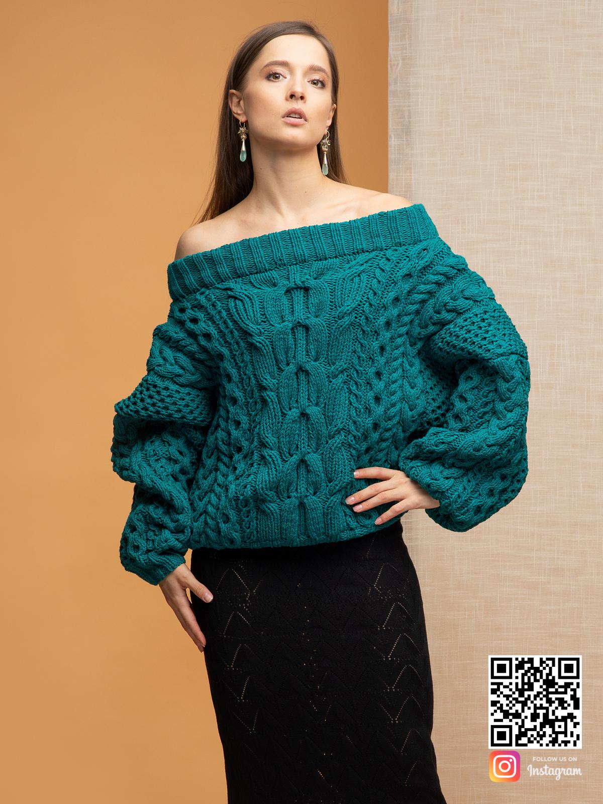 На шестой фотографии джемпер на одно плечо ажурной вязки от Shapar, бренда вязаной одежды ручной работы в интернет-магазине связанных спицами вещей.