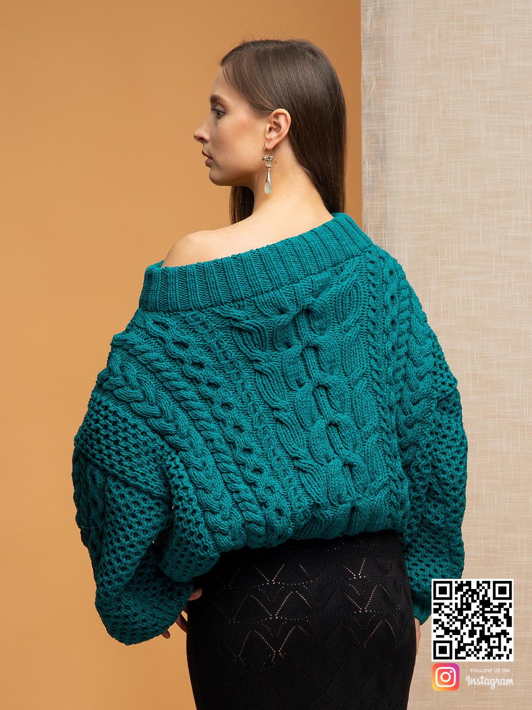 На второй фотографии женский джемпер на одно плечо со спины от Shapar, бренда вязаной одежды ручной работы в интернет-магазине связанных спицами вещей.