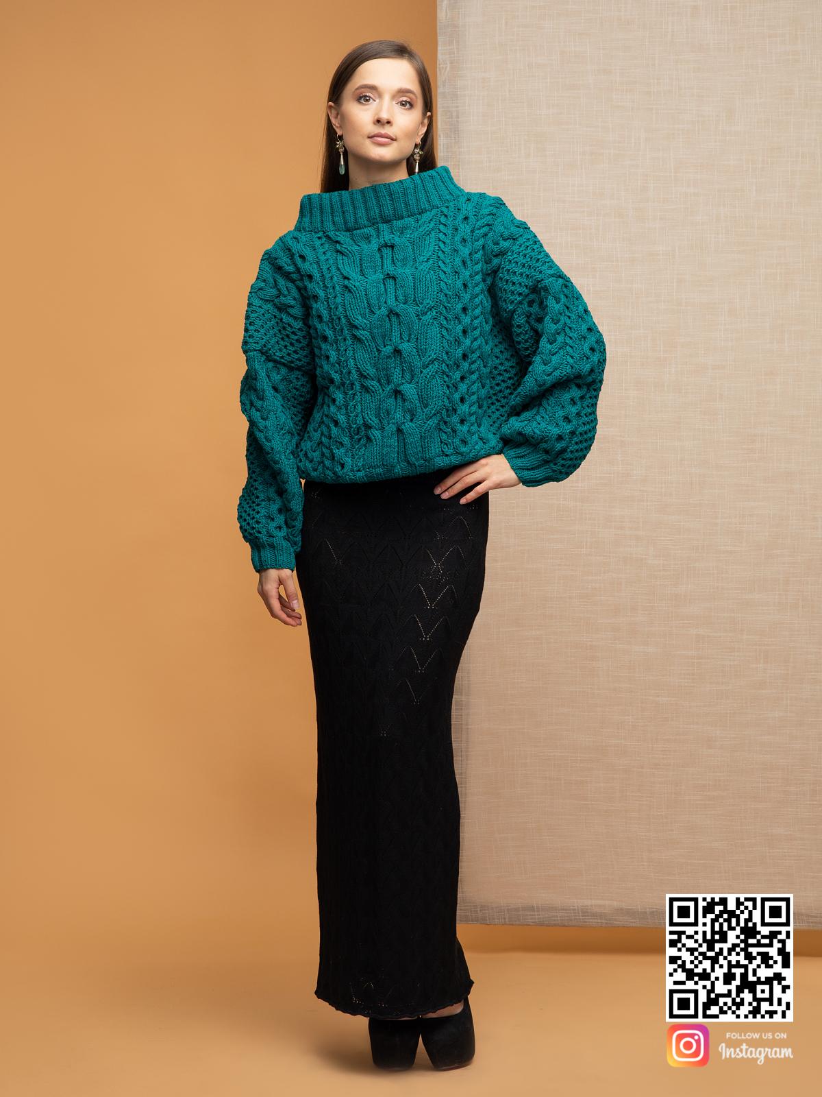 На третьей фотографии женский джемпер на одно плечо цвета морской волны от Shapar, бренда вязаной одежды ручной работы в интернет-магазине связанных спицами вещей.