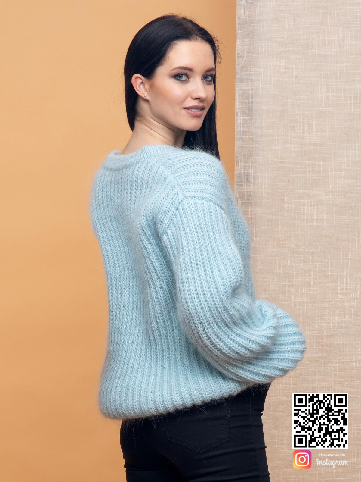 На четвертой фотографии голубой джемпер женский со спины от Shapar, бренда вязаной одежды ручной работы в интернет-магазине связанных спицами вещей.