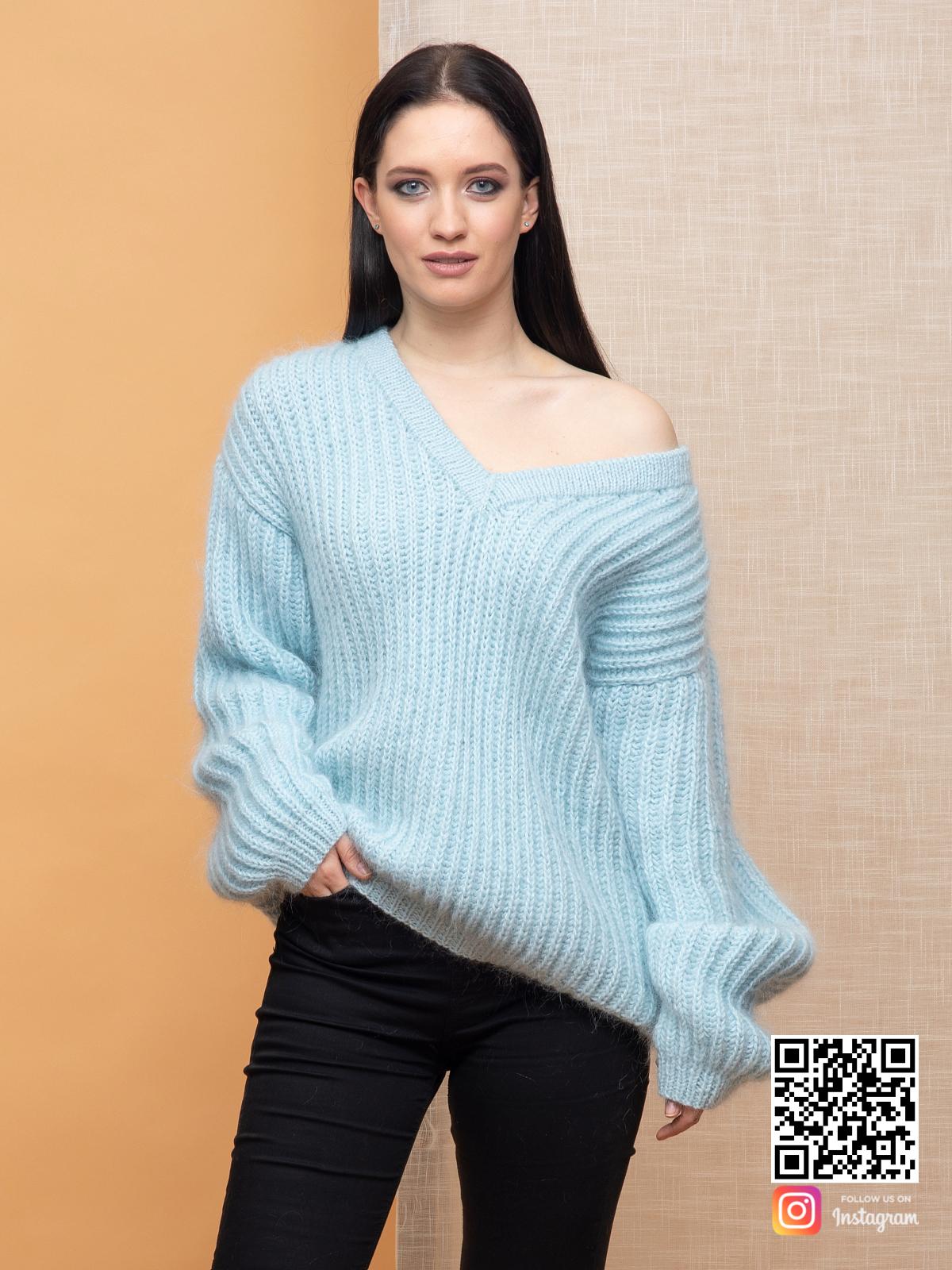 На третьей фотографии объемный голубой джемпер женский от Shapar, бренда вязаной одежды ручной работы в интернет-магазине связанных спицами вещей.