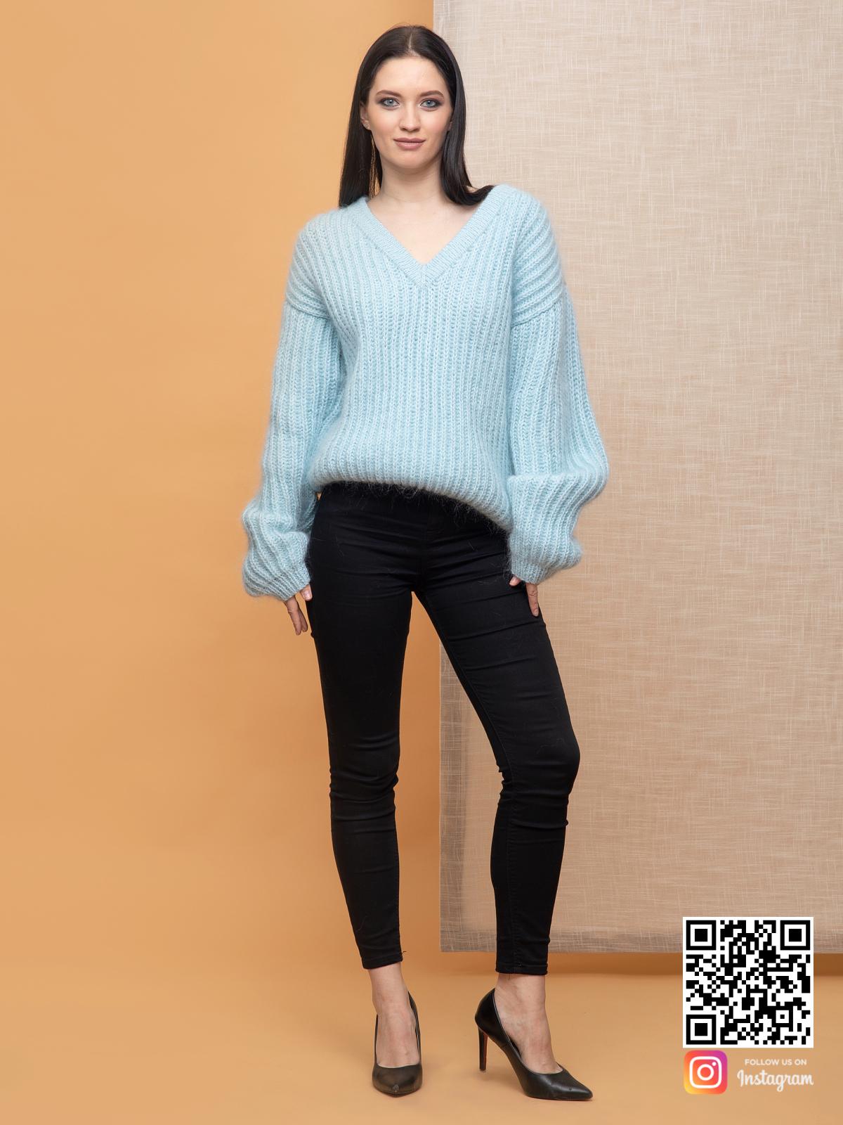 На фотографии голубой джемпер женский от Shapar, бренда вязаной одежды ручной работы в интернет-магазине связанных спицами вещей.