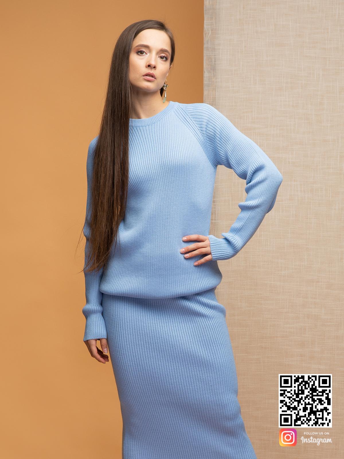 На шестой фотографии голубой костюм с юбкой для девушек и женщин от Shapar, бренда вязаной одежды ручной работы в интернет-магазине связанных спицами вещей.