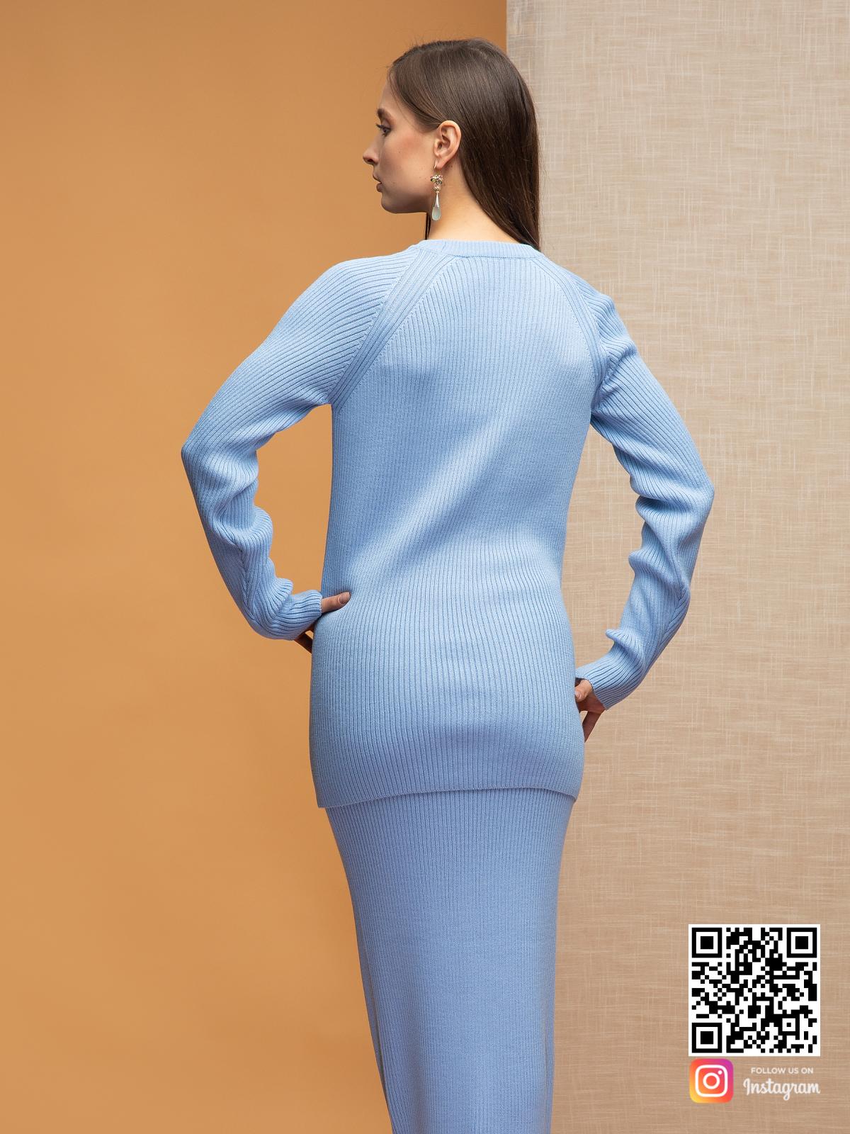 На пятой фотографии костюм с длинной юбкой голубого цвета от Shapar, бренда вязаной одежды ручной работы в интернет-магазине связанных спицами вещей.
